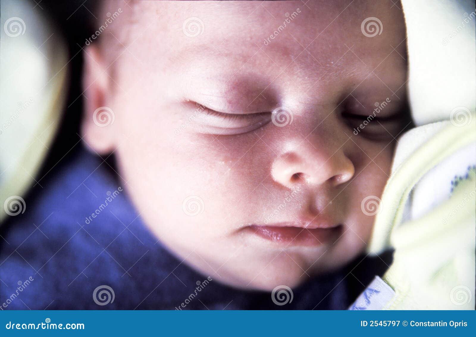 Neonato appena nato addormentato