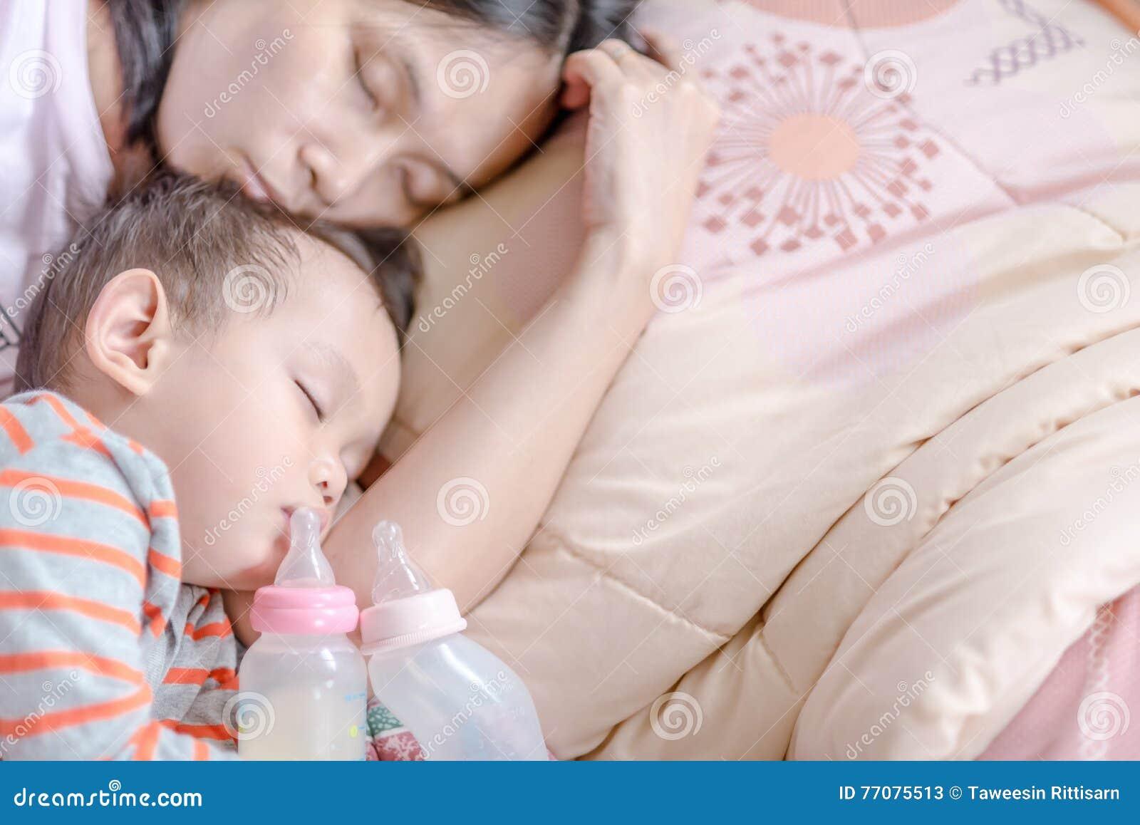 Neonato Dorme Solo In Braccio.Neonato Asiatico Che Dorme In Braccio Della Madre Immagine Stock
