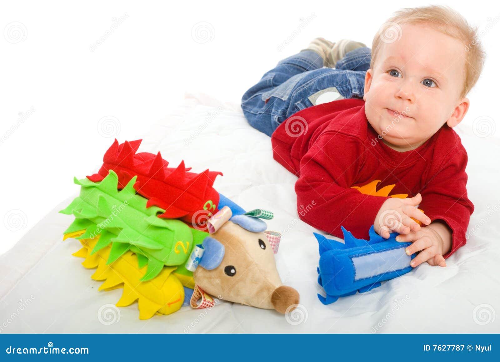 Neonato che gioca con i giocattoli