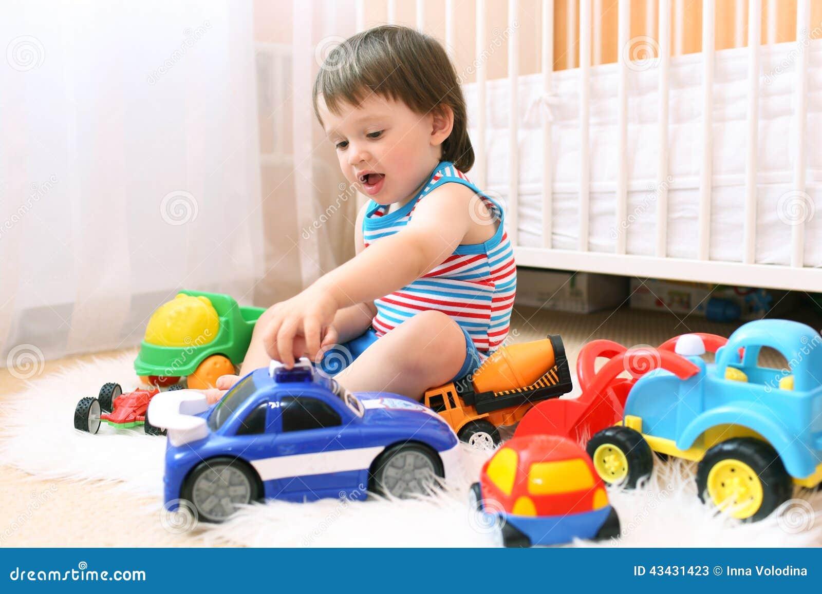 Neonato che gioca le automobili