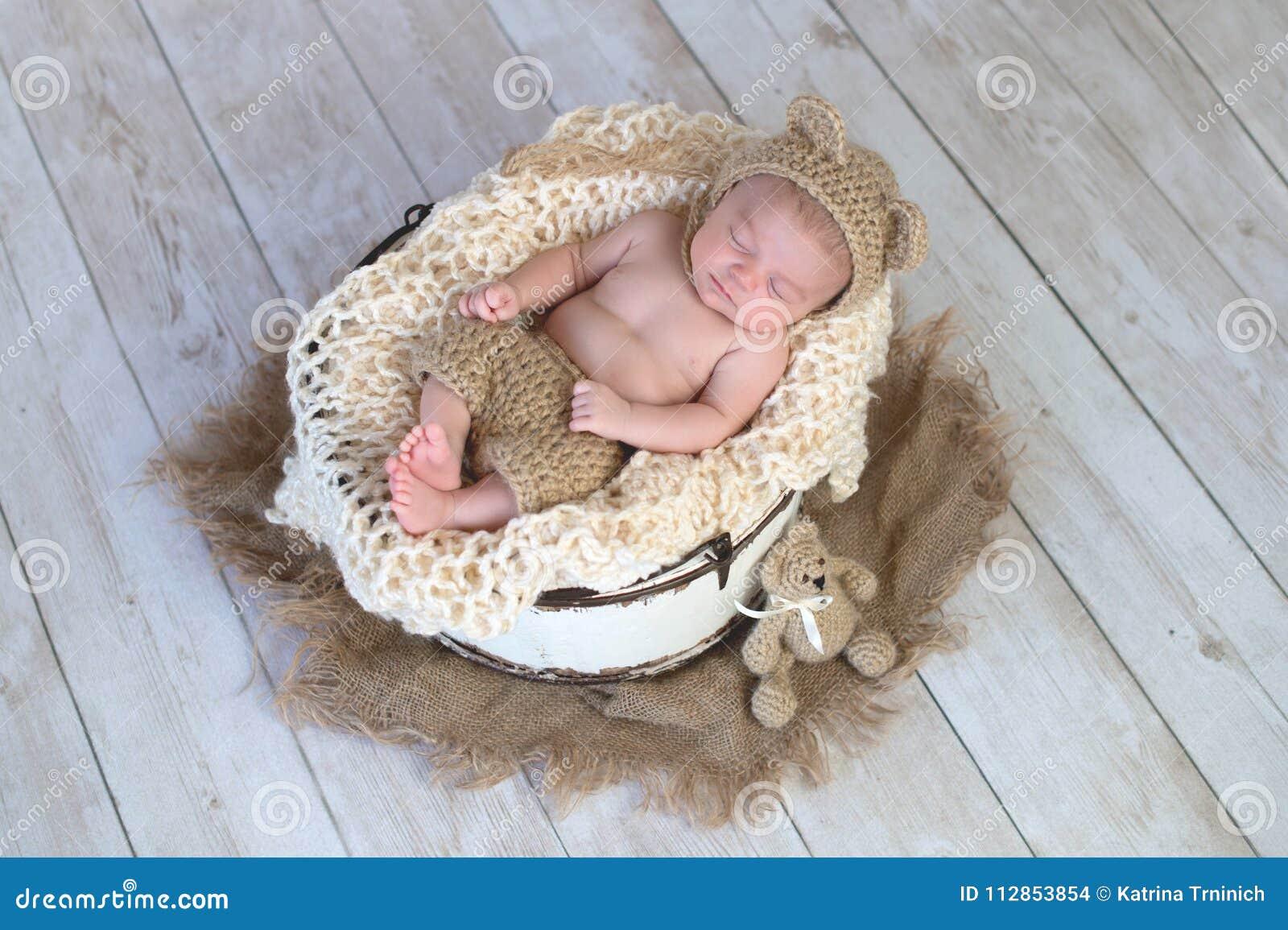 Neonato Che Porta Un Cappello Dell orso Fotografia Stock - Immagine ... c97b1f0cd0f3