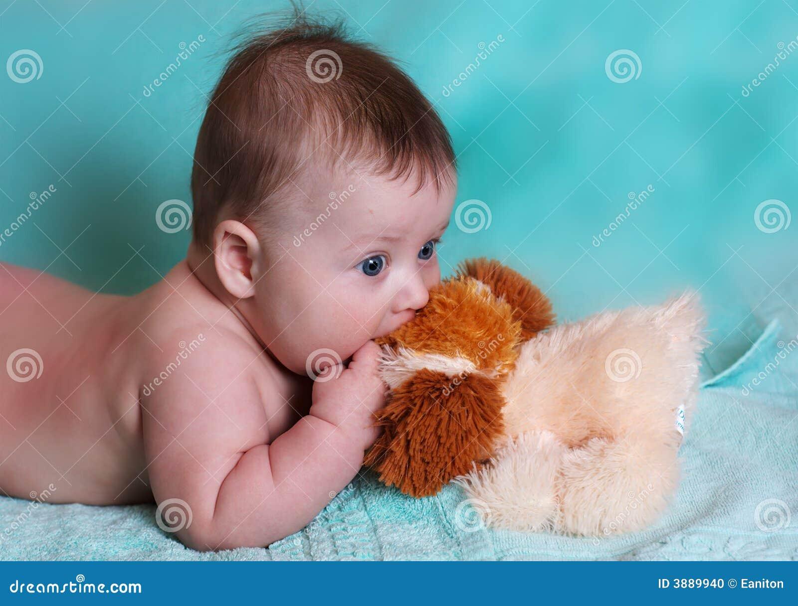 Neonato con il giocattolo