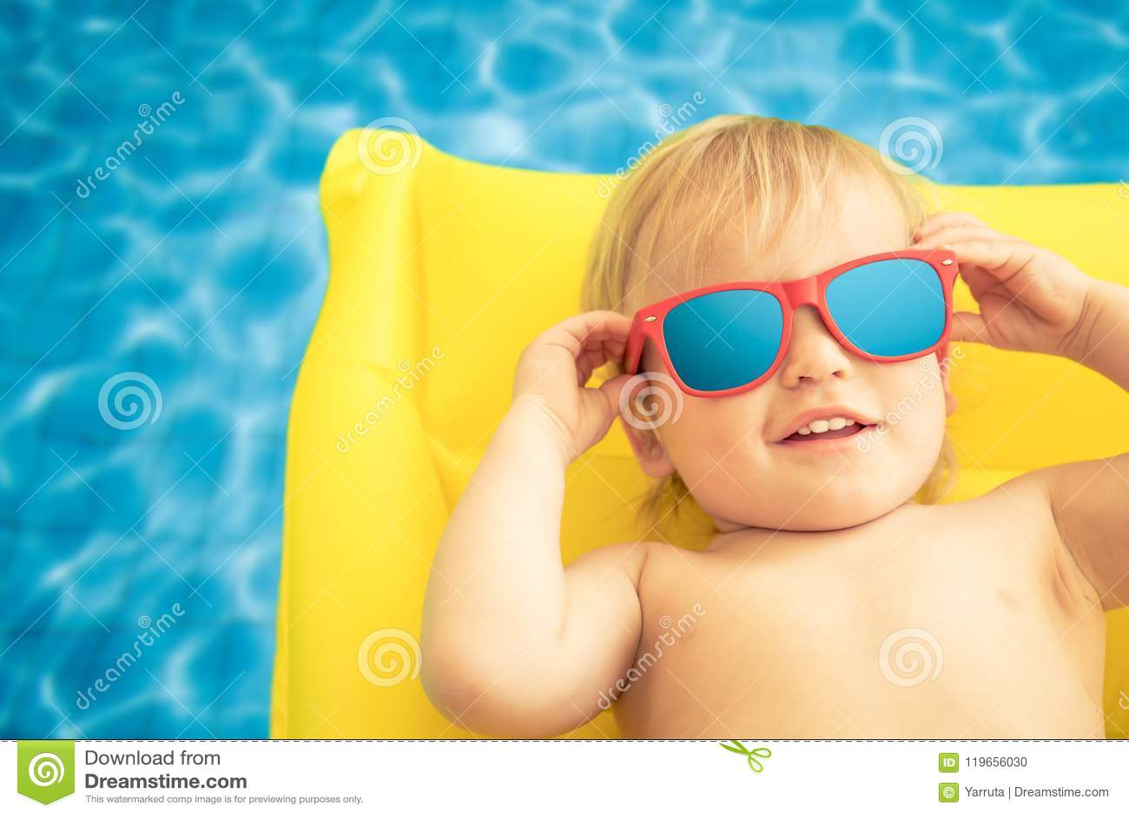 Neonato divertente sulle vacanze estive