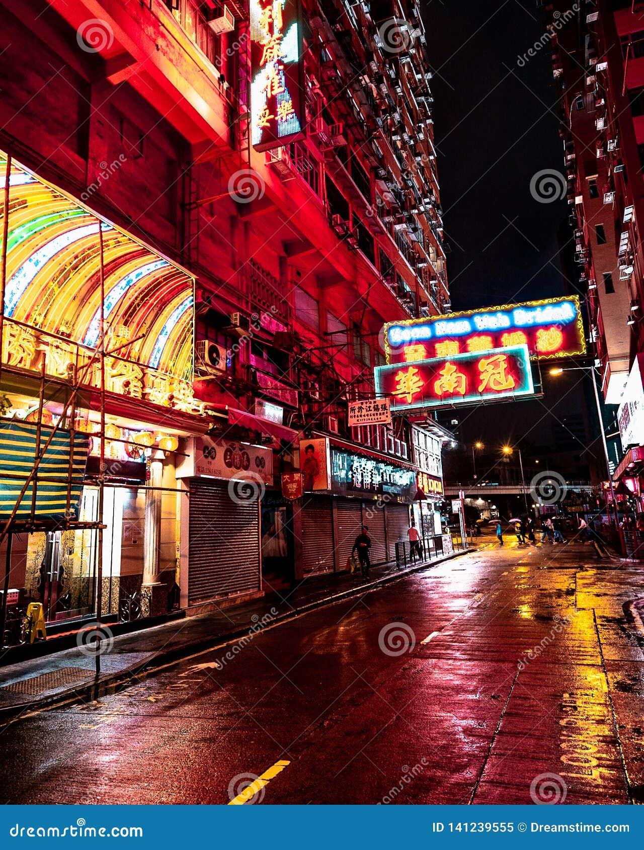 Neonlichten in de regenachtige straten van Hongkong bij nacht