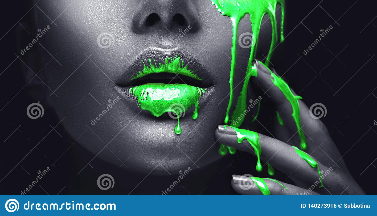 Neonowa zielona farba smudges kapinosy od twarzy warg i ręka, zielony ciecz opuszcza na pięknym wzorcowym dziewczyny usta