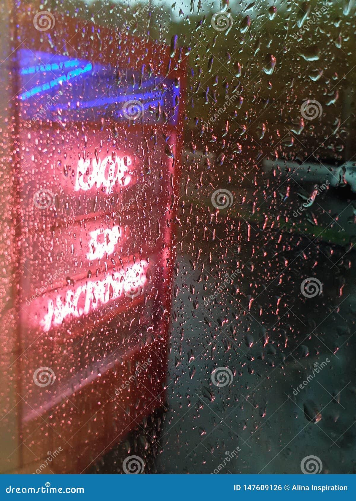 Neonteken in regenachtige dag