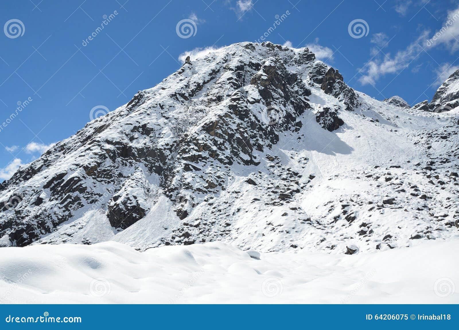 Nepal, emigrando en Himalaya, paisaje de la montaña cerca del pueblo de Machermo, 4500 metros sobre nivel del mar