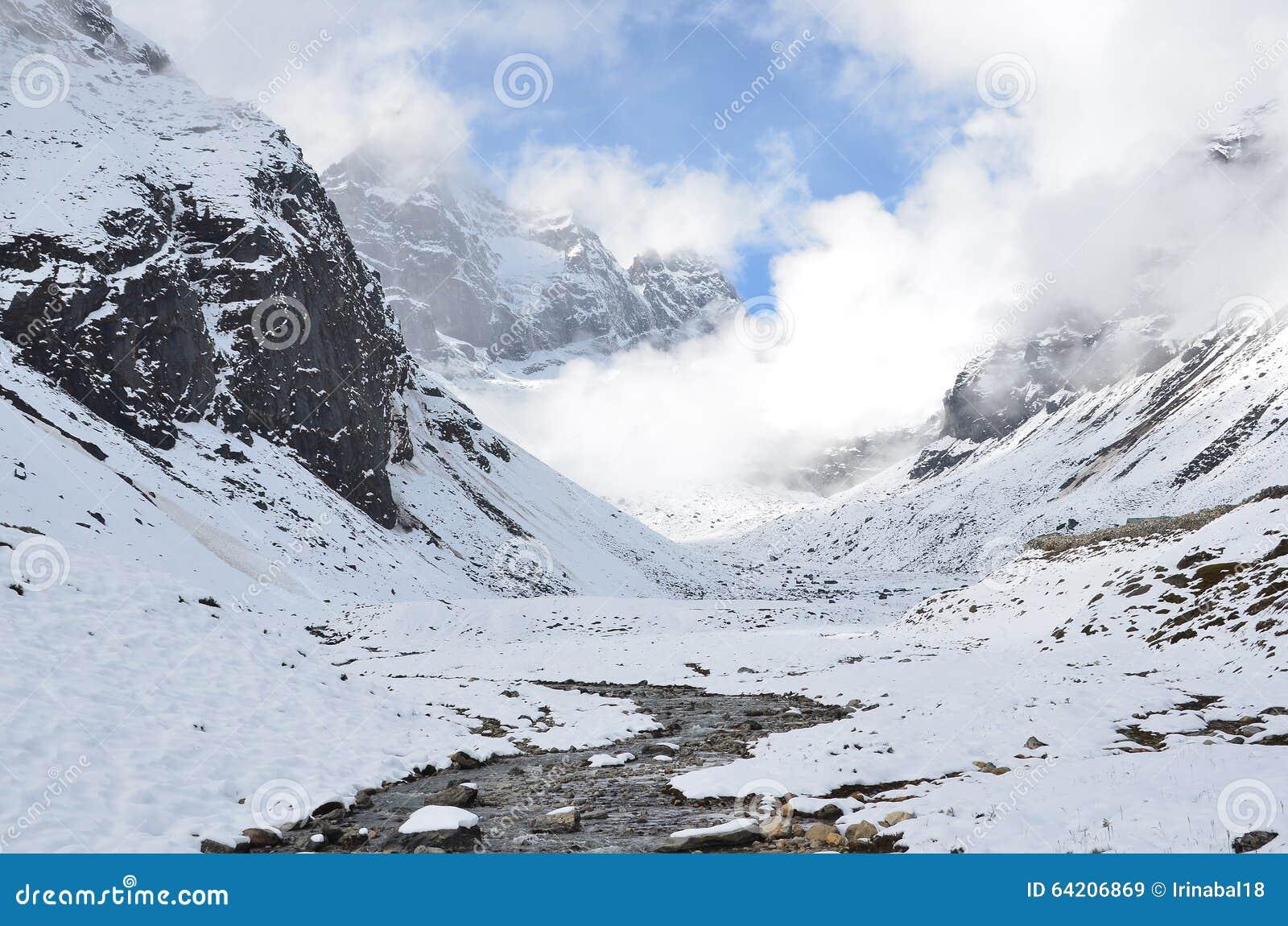 Nepal, emigrando en Himalaya, paisaje de la montaña cerca del pueblo de Machermo, 4100 metros sobre nivel del mar