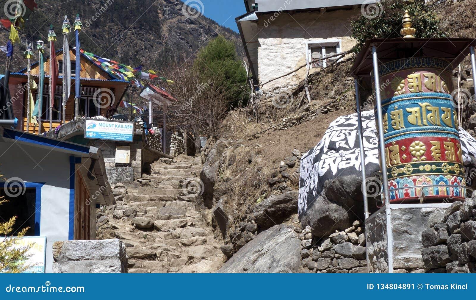 Nepal-, Gebetsschleifer und Treppe zum Himmel