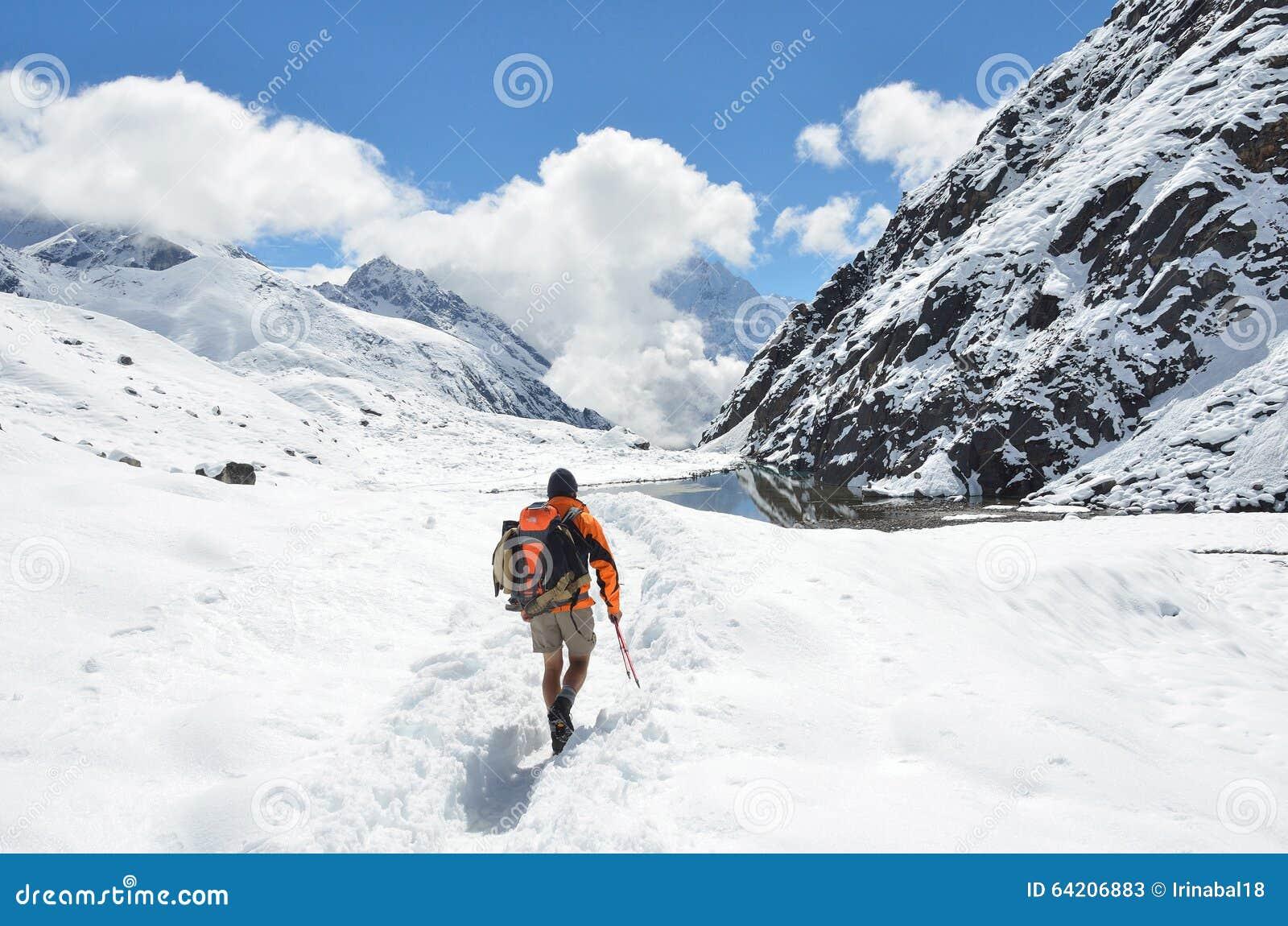Nepal, Himalaya, octubre, 20, 2013 Turista en un rastro de montaña en Himalaya