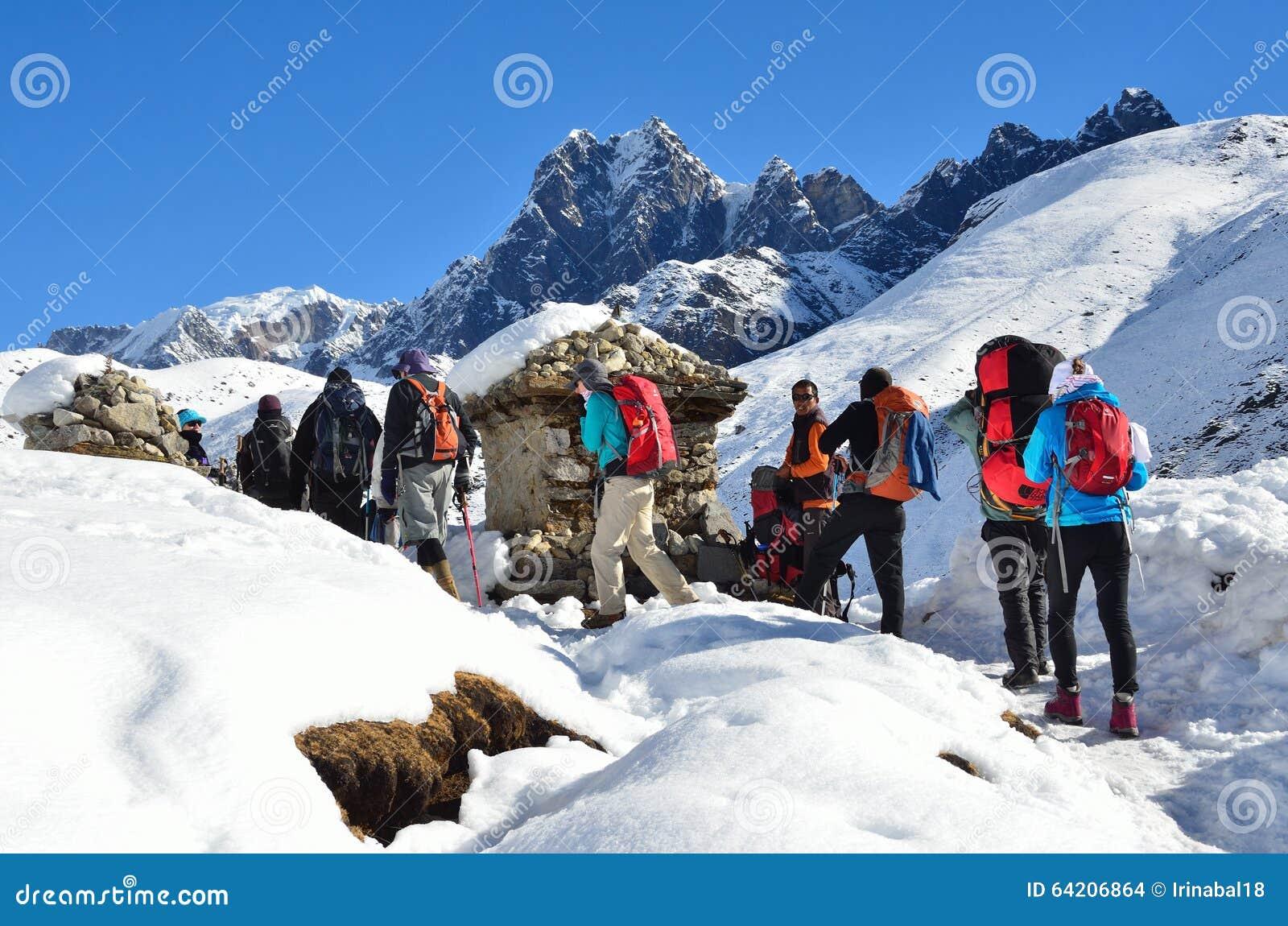 Nepal, Himalaya, octubre, 20, 2013 Turistas en un rastro de montaña en Himalaya