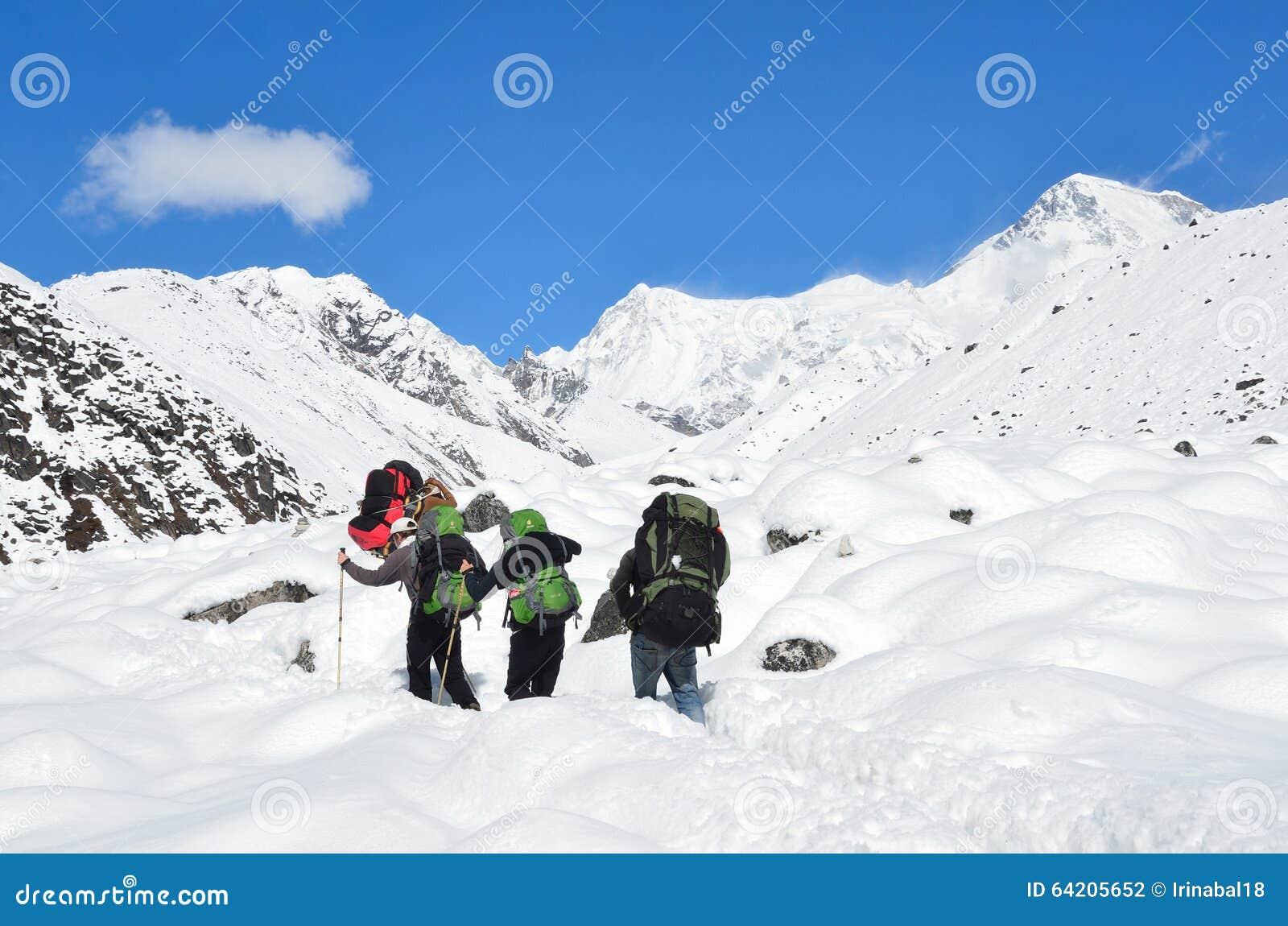 Nepal, Himalayes, octubre, 20, 2013 Turistas que caminan en Himalayes, 4500 metros sobre nivel del mar
