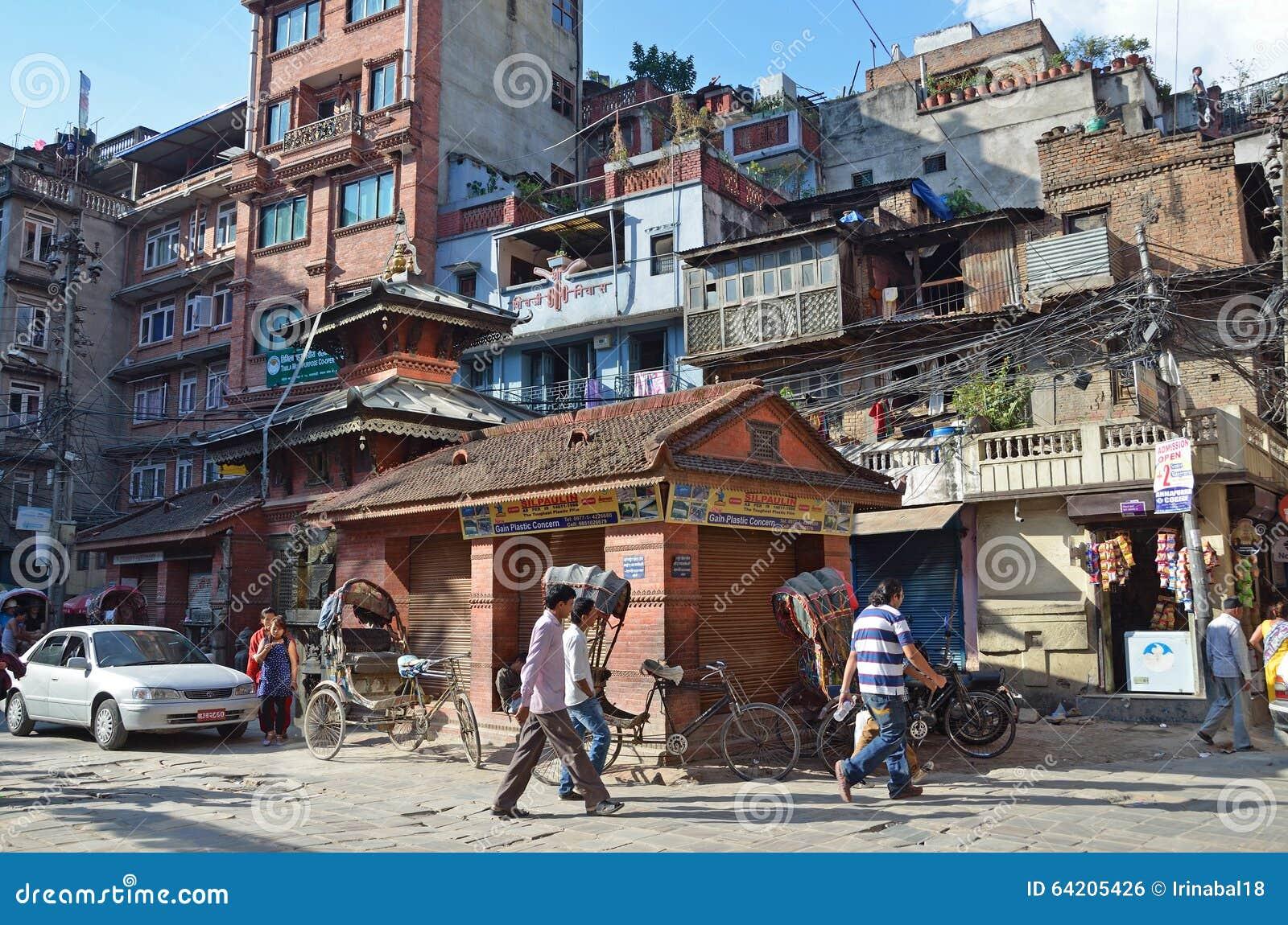 Nepal, Katmandu, octubre, 12, 2013 Gente que camina en el centro histórico de Katmandu destruido parcialmente durante el terremot