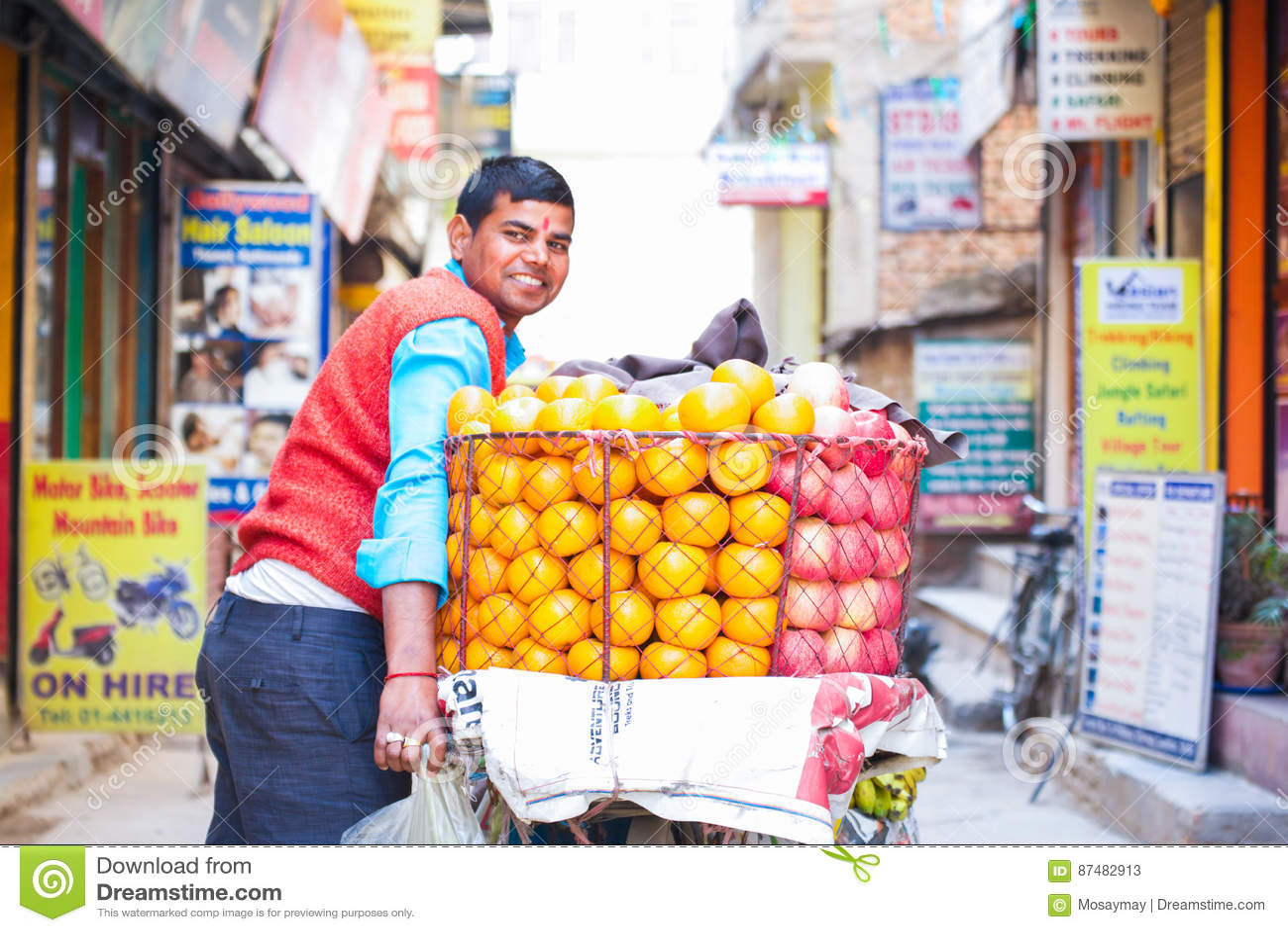 Nepal - 3 2017 Styczeń: Nepalska handlowa bubel pomarańcze na b