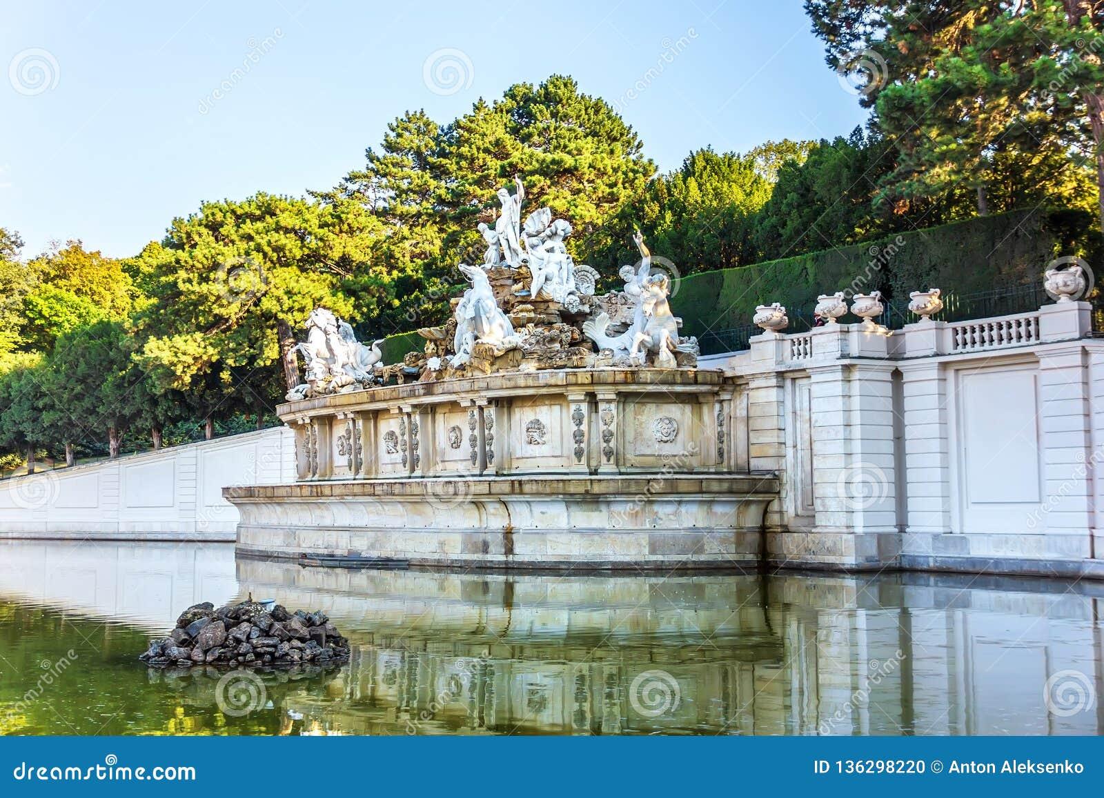 Neptunspringbrunnen i den Schonbrunn slotten parkerar, Wien