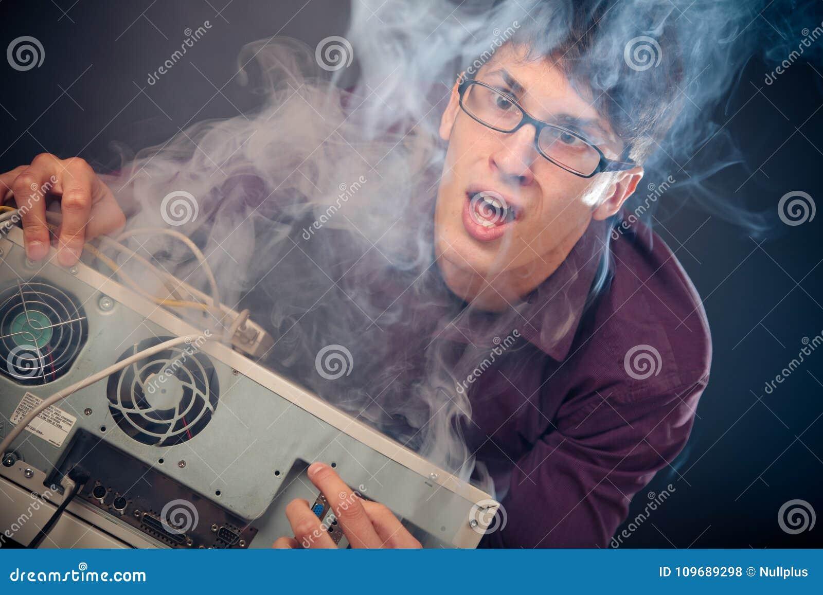 Nerd con fumo che esce dal suo pc