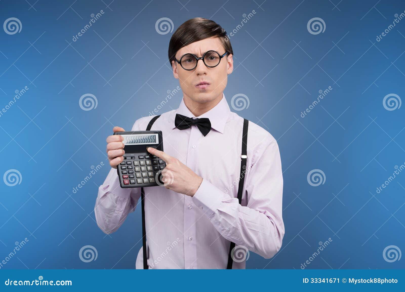 Nerd con il calcolatore.