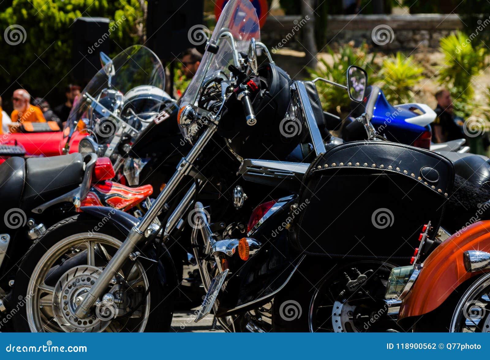 NERJA SPANIEN - JUNI 10, 2018 samlar motorcykeln i den berömda Andaen