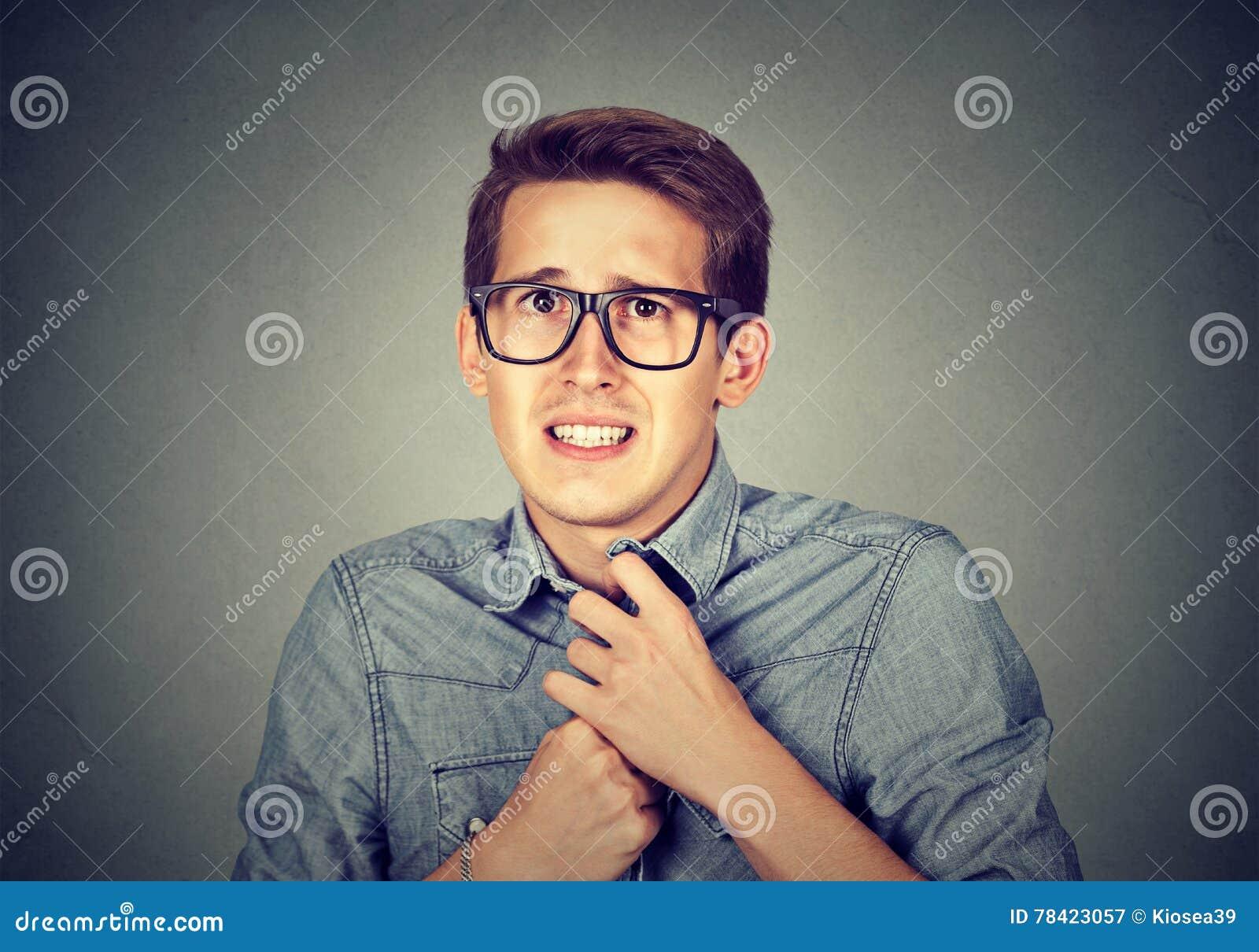 Nervöser betonter Mann glaubt dem ungeschickten Schauen besorgt, sehnend etwas