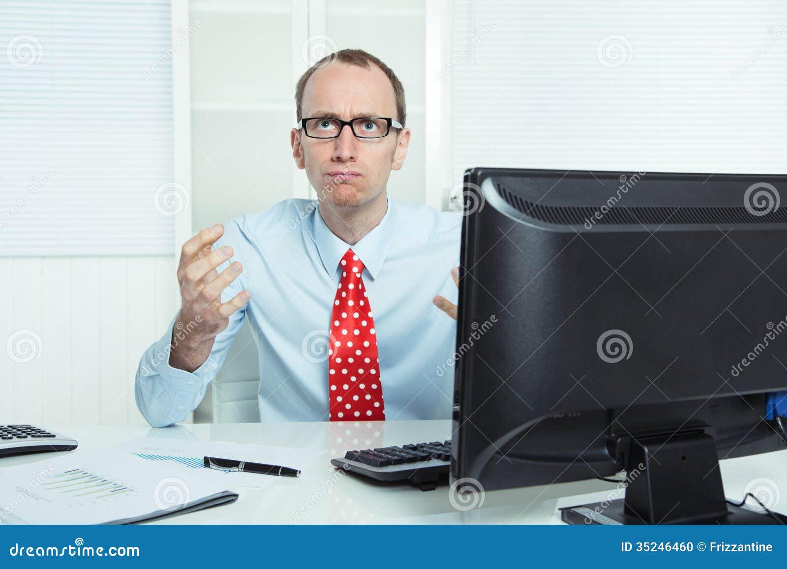 Nervöser, gestörter und aggressiver Geschäftsmann, der am Schreibtisch in r sitzt