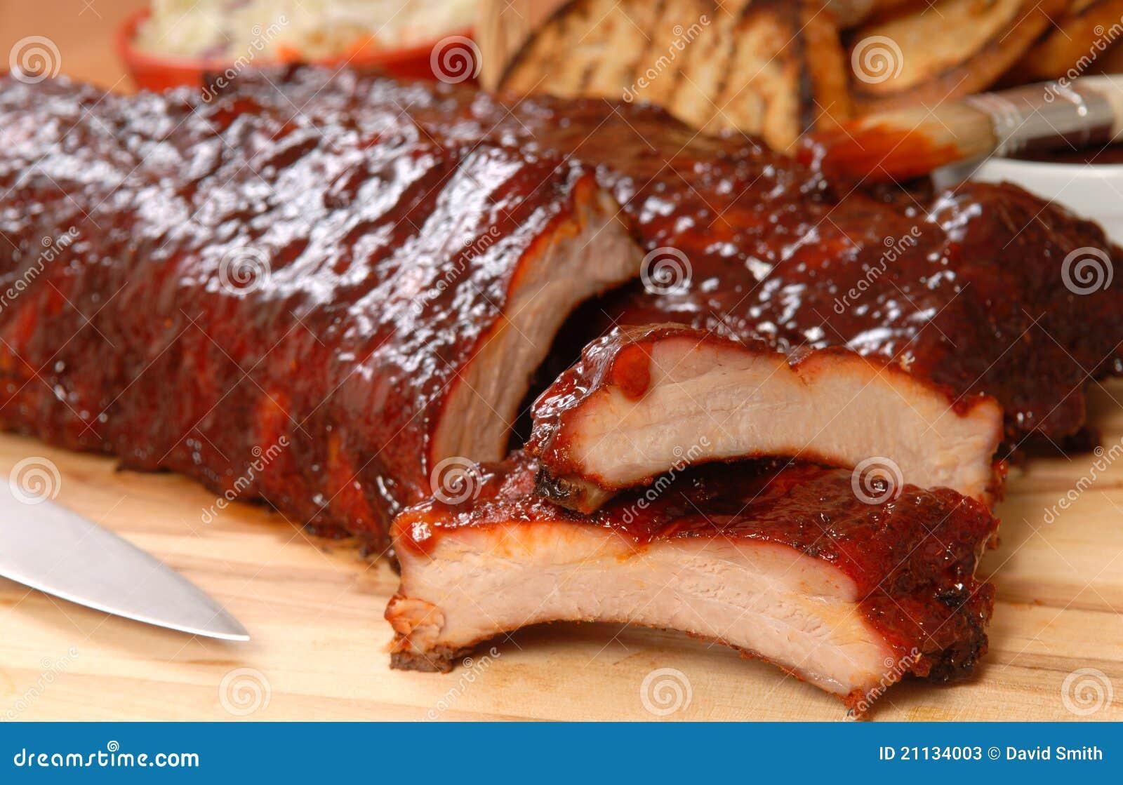 Nervature del BBQ con lo slaw tostato del cole e del pane