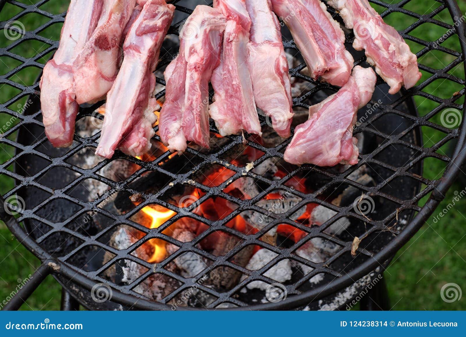 Nervures d agneau de BBQ frites sur le charbon de bois chaud
