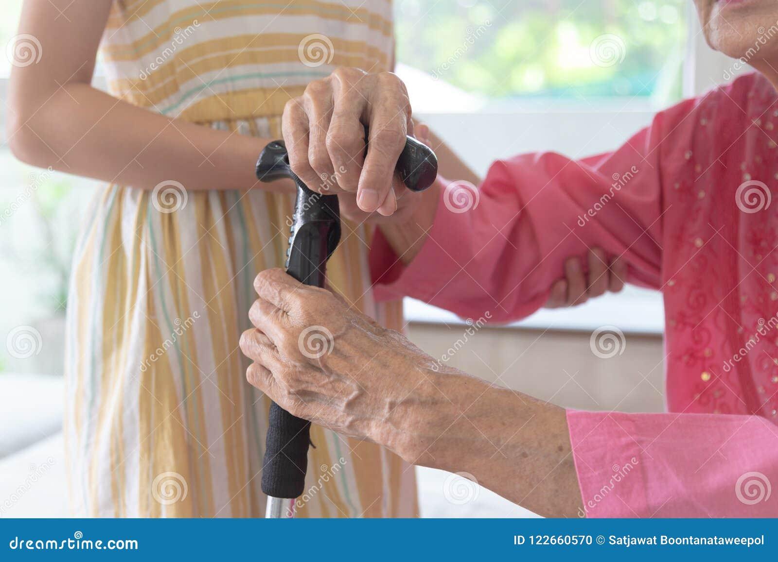 A neta ciao sua avó para andar, família e s