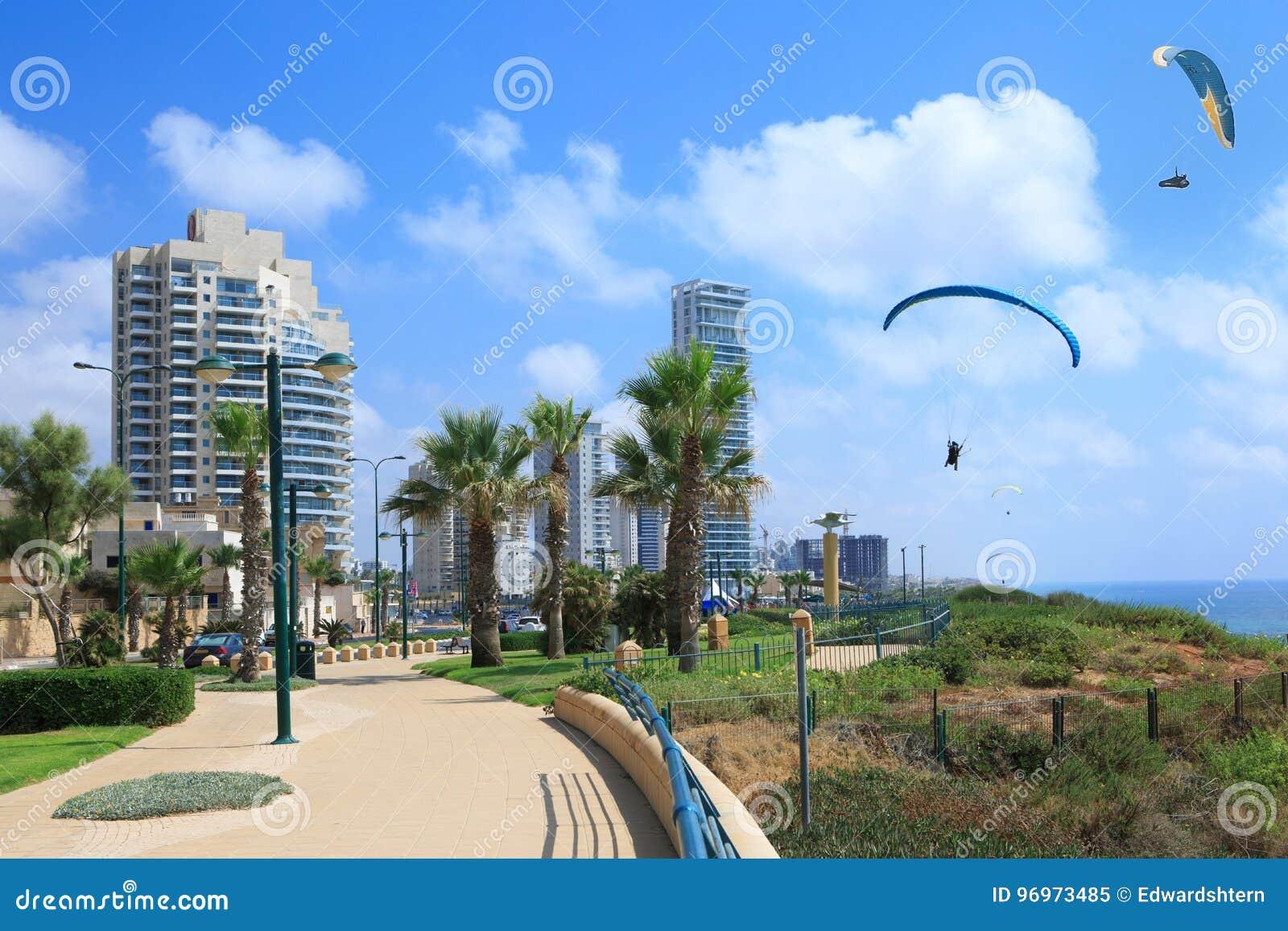 Netania海滩 看见在天空的滑翔伞