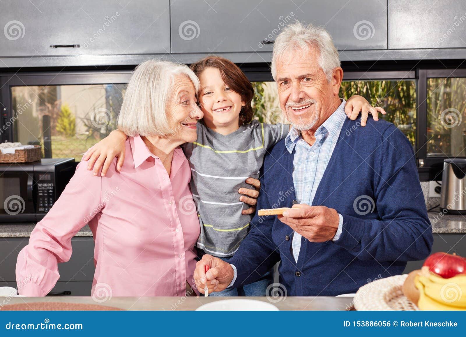 Neto feliz entre a avó e o vovô