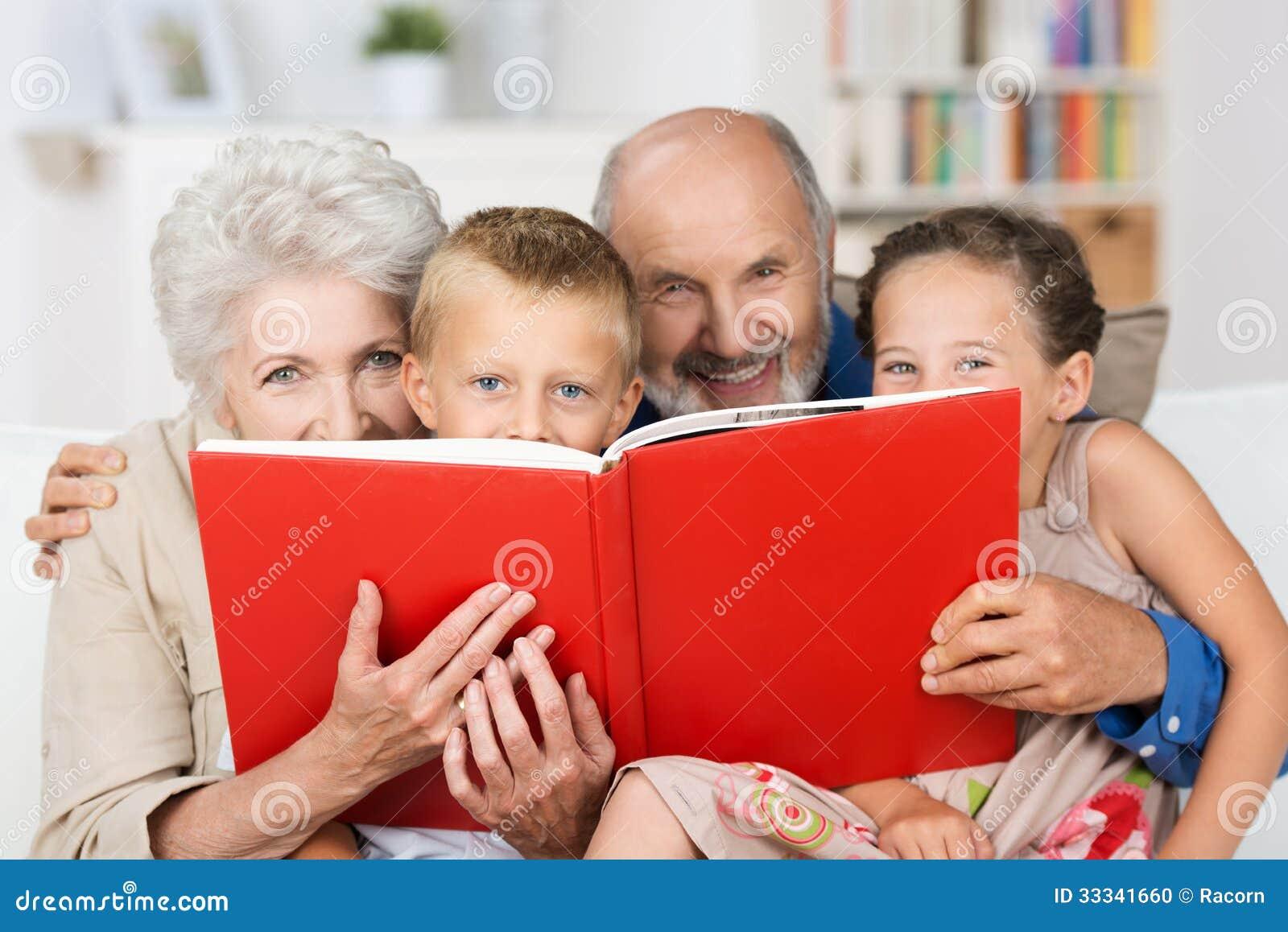 Netos que leem com suas avós