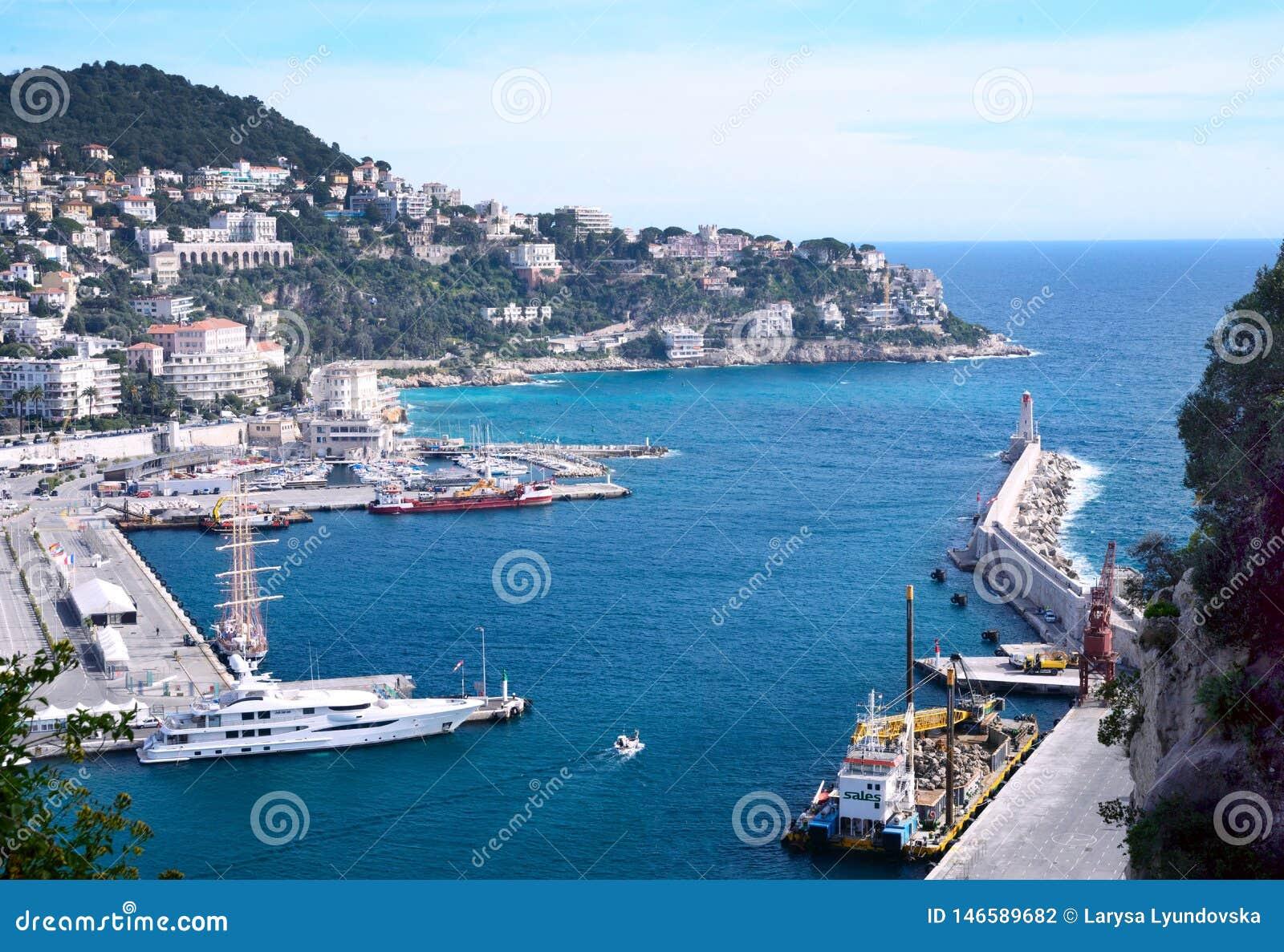 Nett, Frankreich, im M?rz 2019 Hafen der franz?sischen Stadt von Nizza Private Yachten und Boote werden nahe der K?ste geparkt