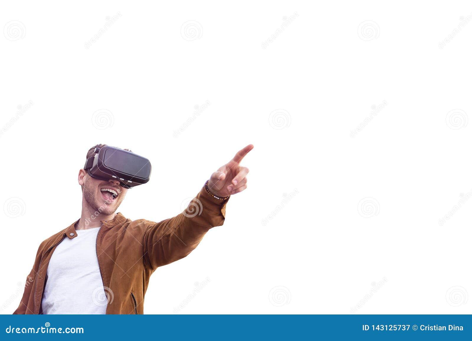 Nett junger erwachsener reizend Mann unter Verwendung der Gläser VR-virtueller Realität