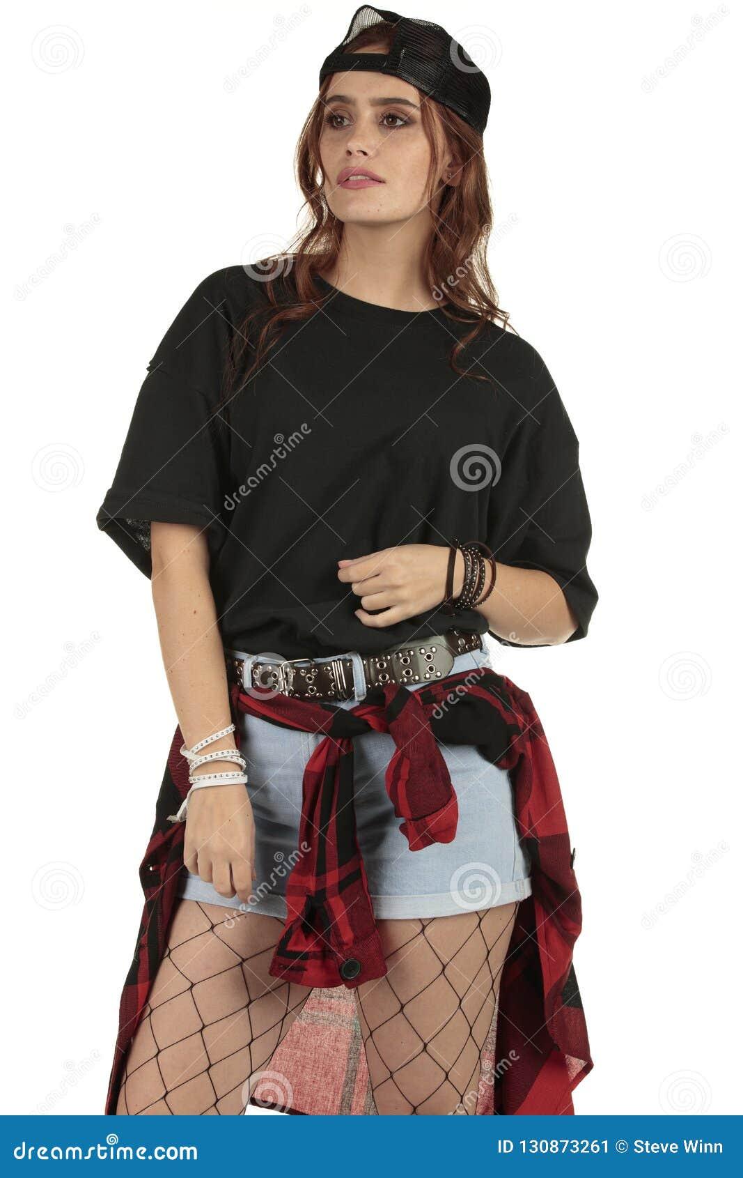 Nette aber zurückhaltende Grunge, Rockpunkfrau, die ein geerntetes XL-Schwarzt-stück mit einem großen Gebiet für Ihr Einbrennen t