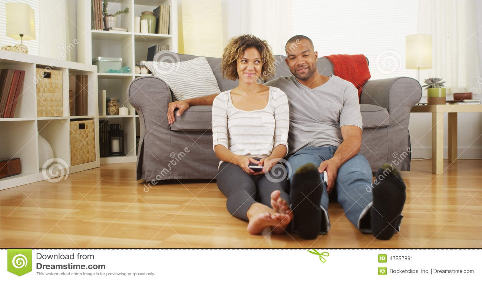 Download Nette Afrikanische Paare, Die Auf Boden Im Wohnzimmer Sitzen  Stockbild   Bild Von Schön