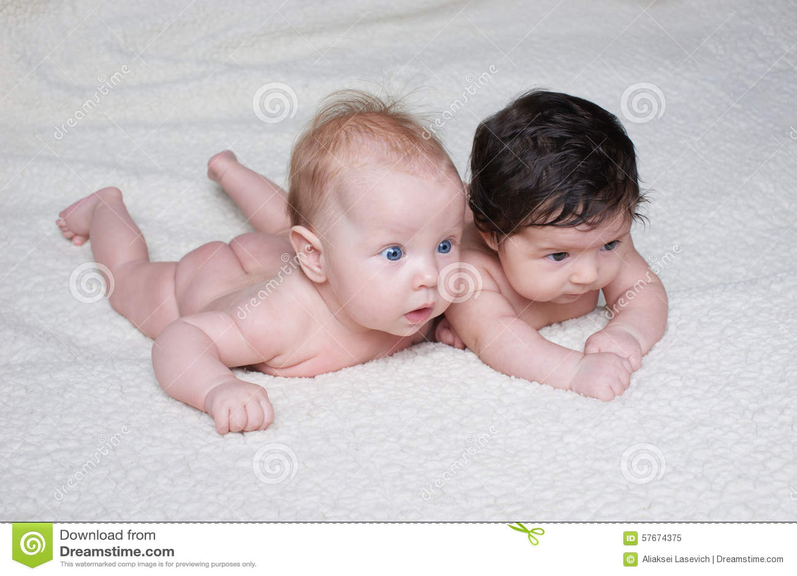 Nette Babys auf hellem Hintergrund