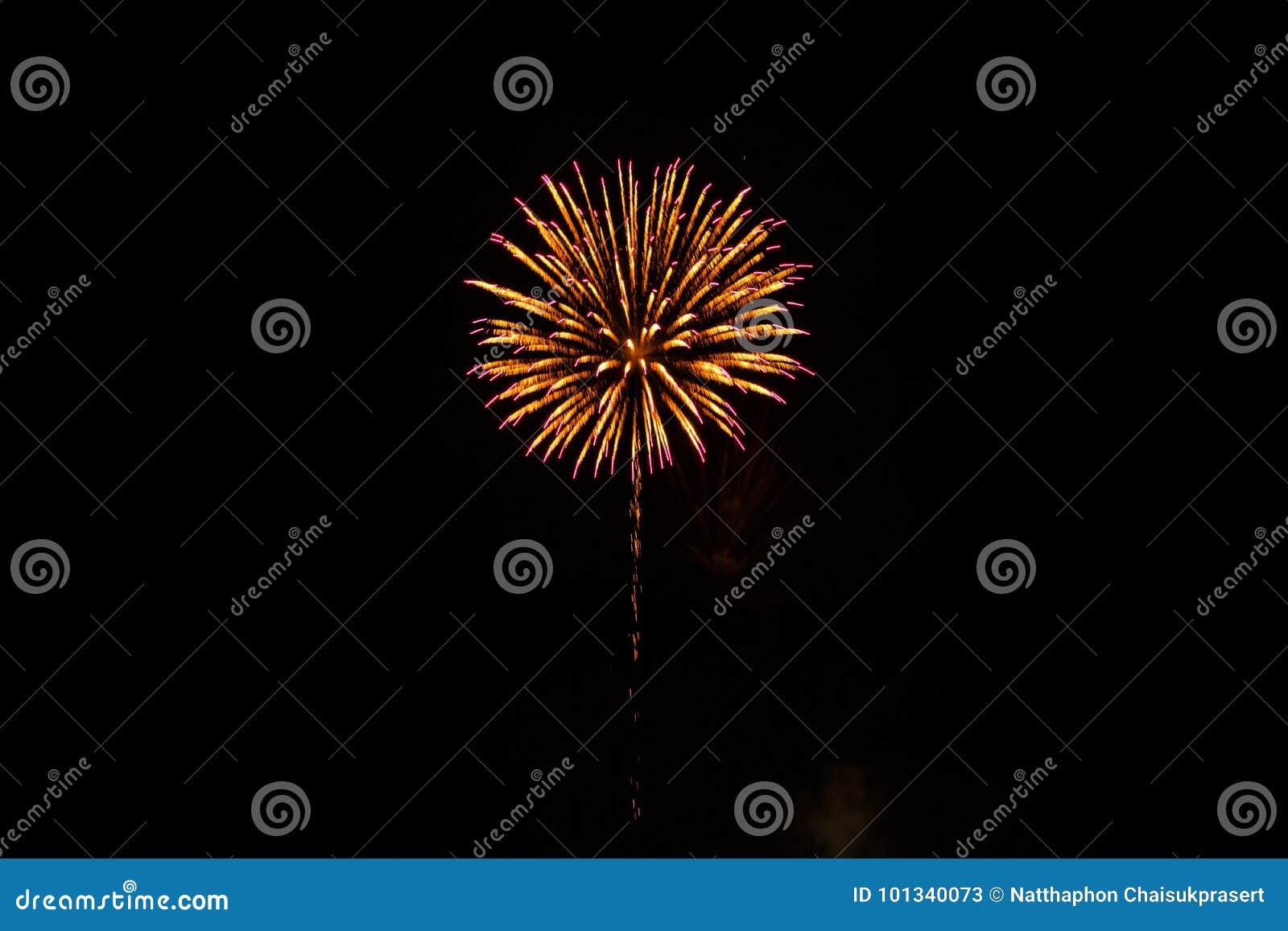 Nette bunte Feuerwerke im schwarzen Himmel