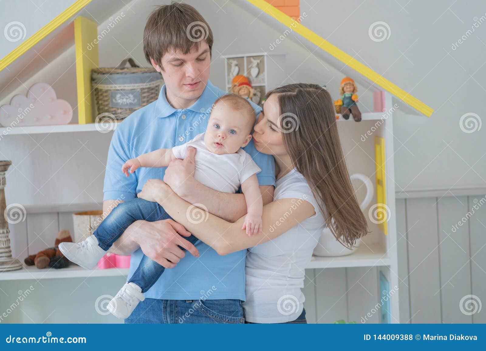 Nette engverbundene Familie der Mutter, des Vatis und der Tochter, die in ihrem Reinraum aufwerfen