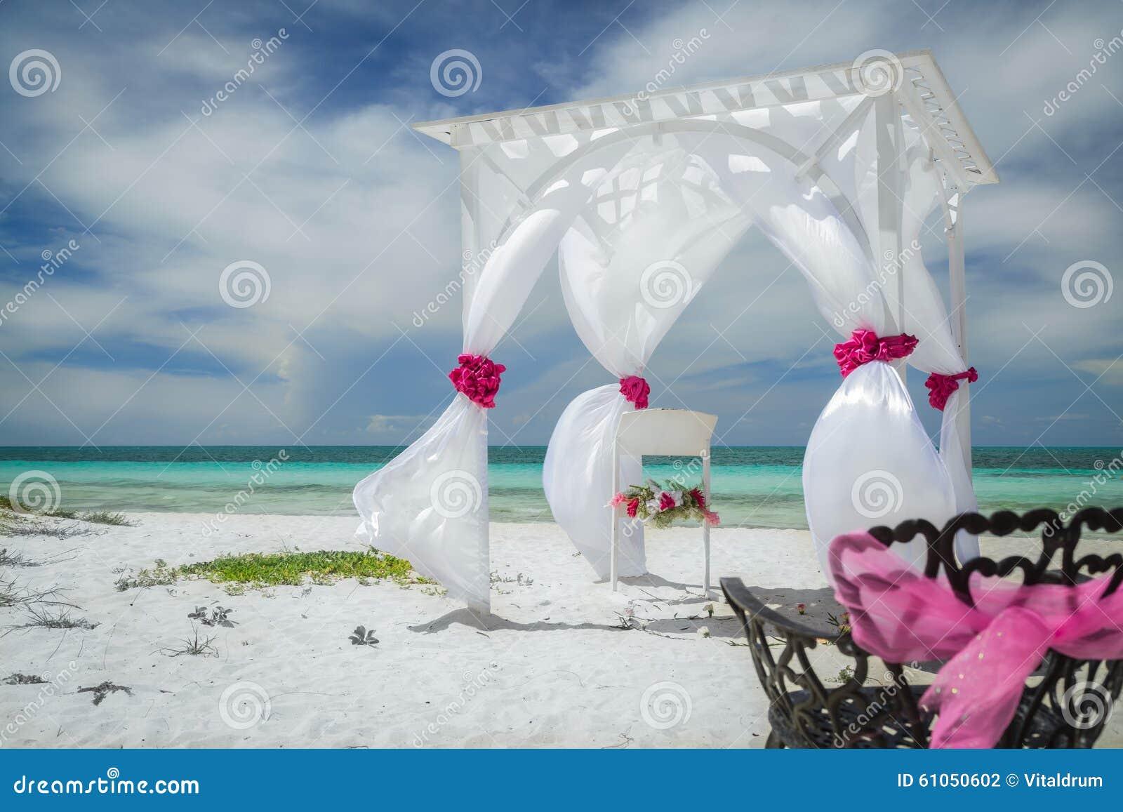 Nette erstaunliche große Nahaufnahmeansicht der Hochzeit verzierte Gazebo auf tropischem Strand Kubaner Cayo-Cocos