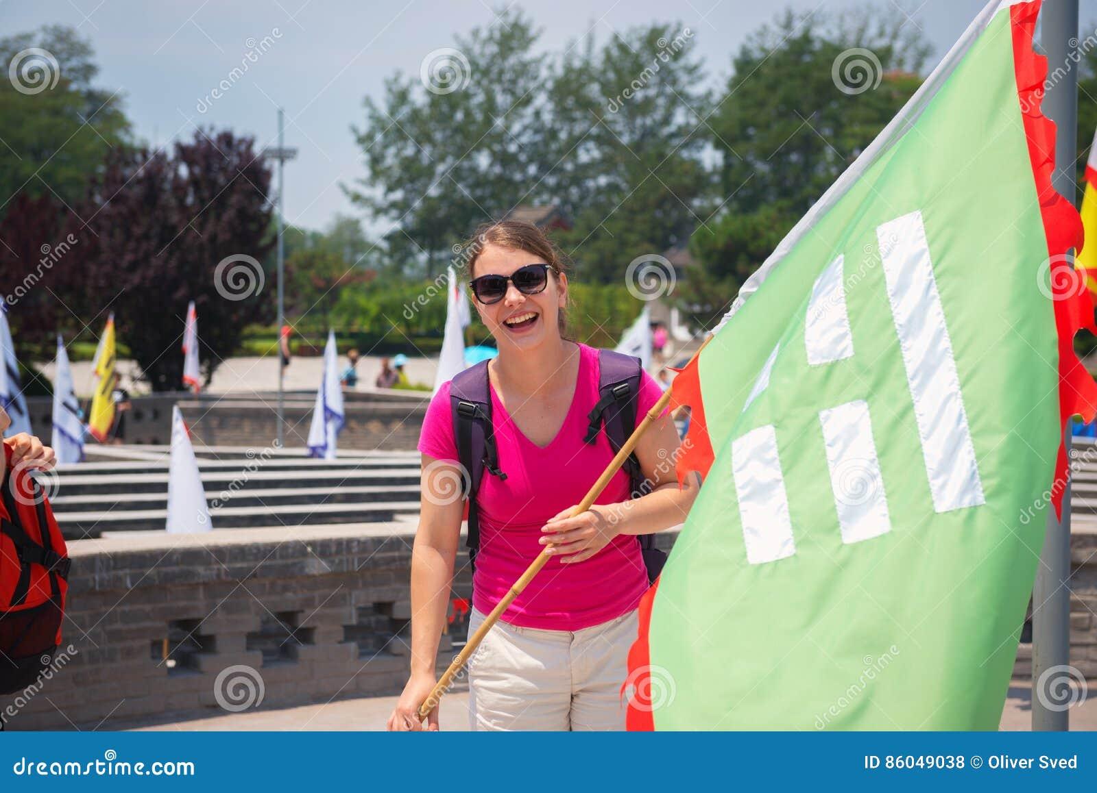 Nette Frau, die Flagge hält