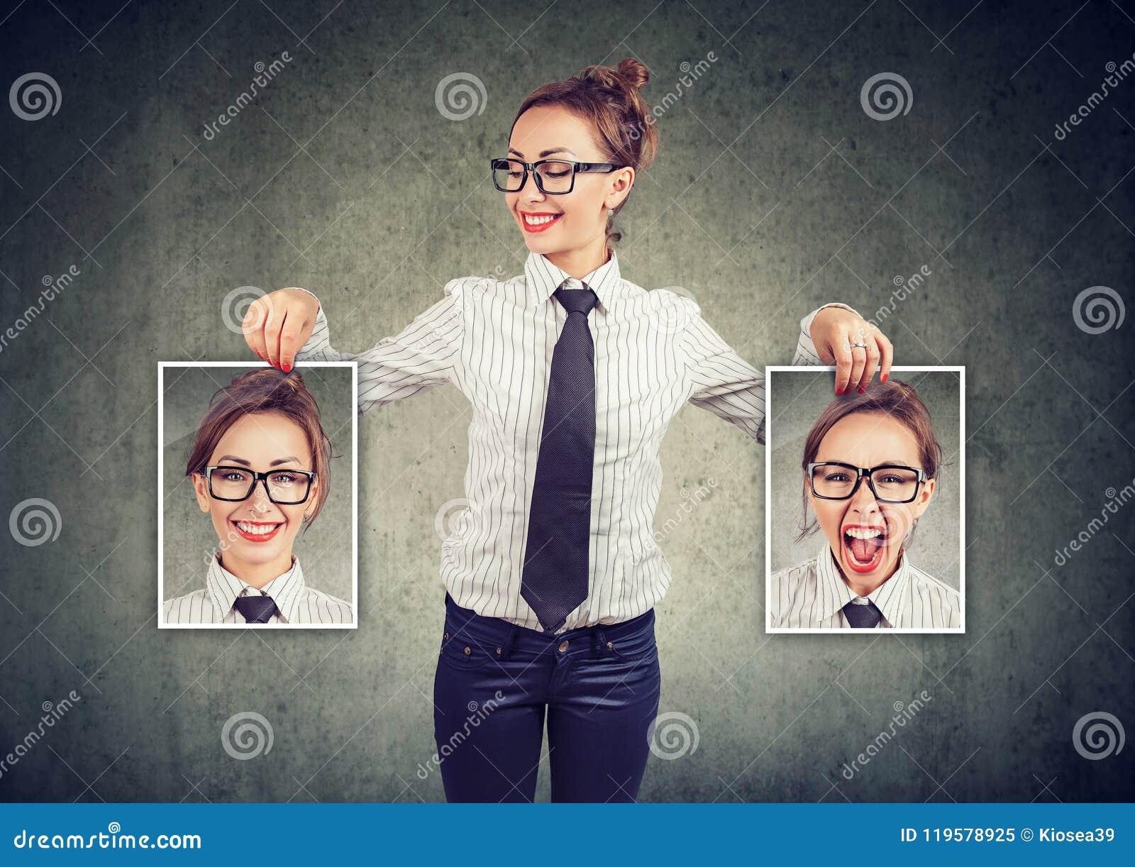 Nette Frau, die verschiedene Fotos mit Gefühlen zeigt