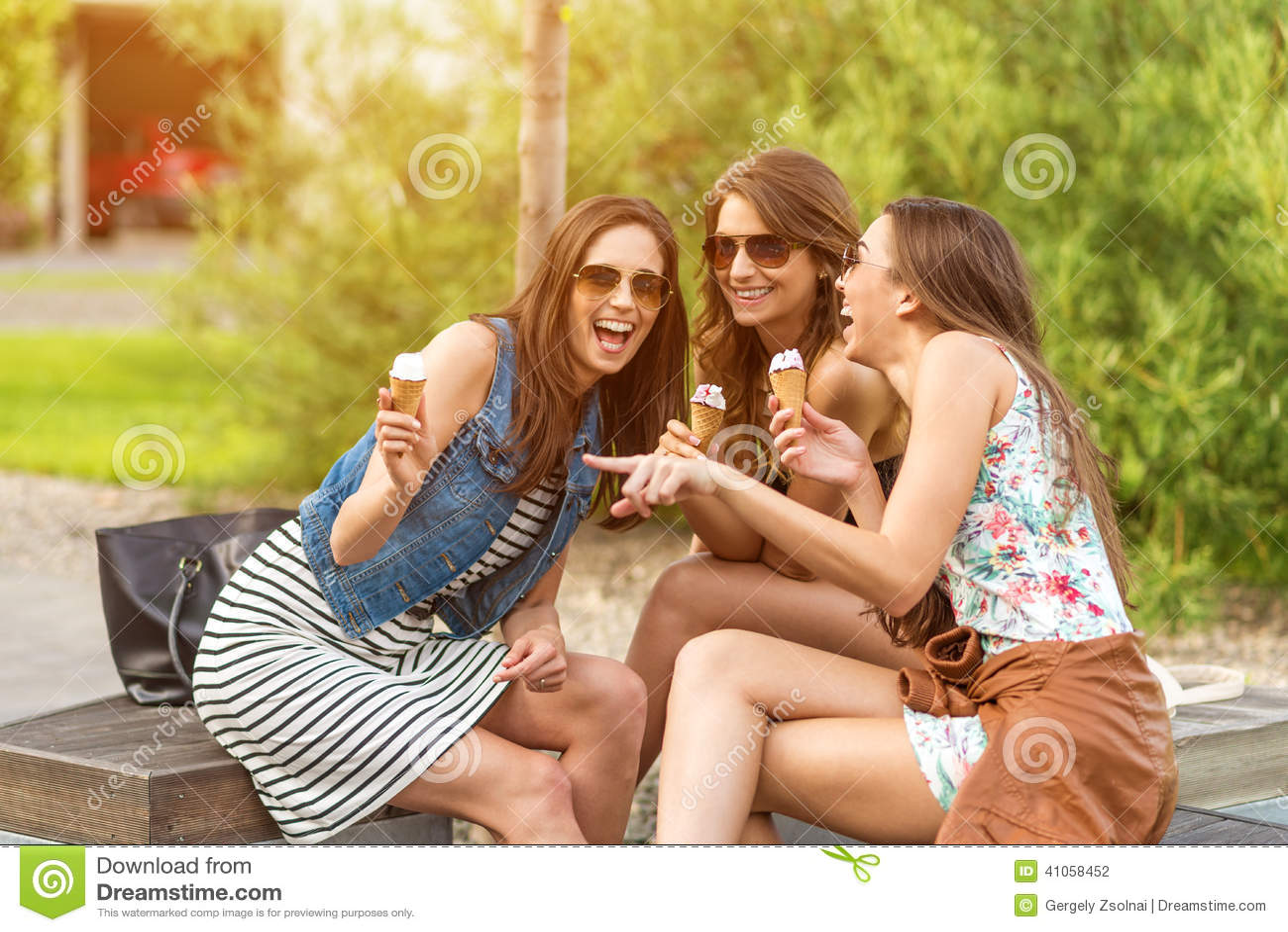 3 nette Frauen, Eisdielen, beim Lachen
