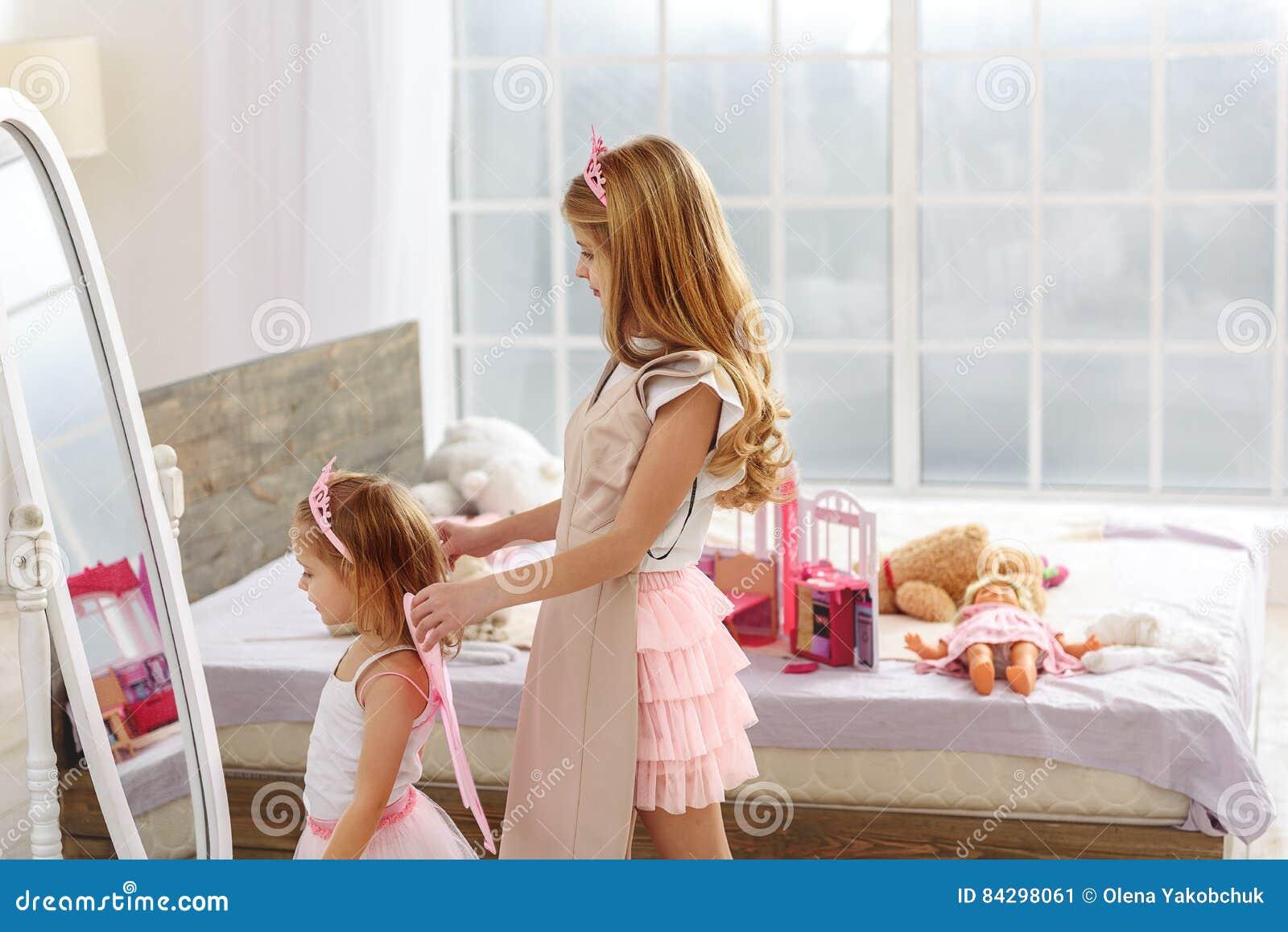 Meine kleine Schwester spielen