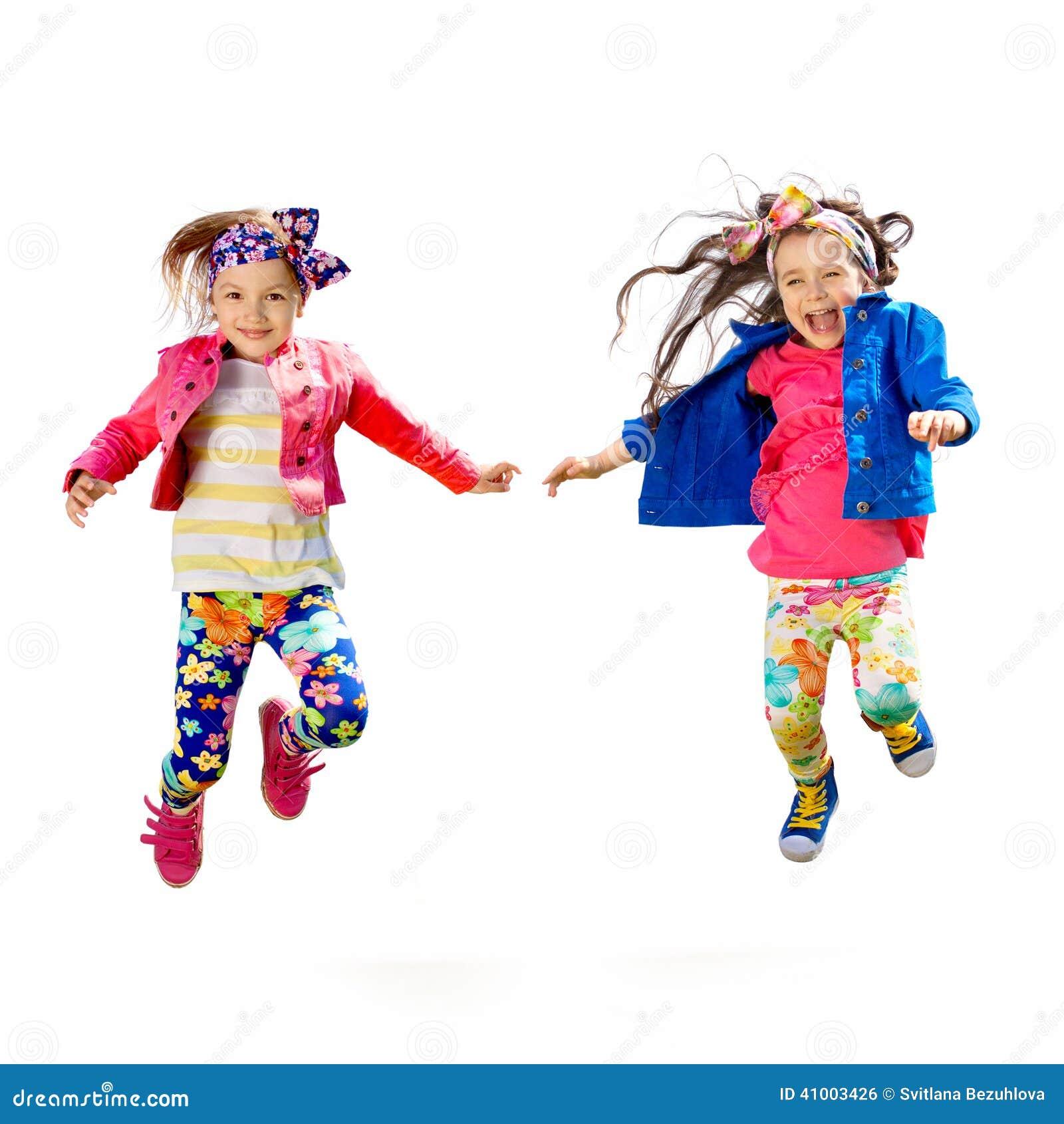 Nette glückliche Kinder, die auf weißen Hintergrund springen