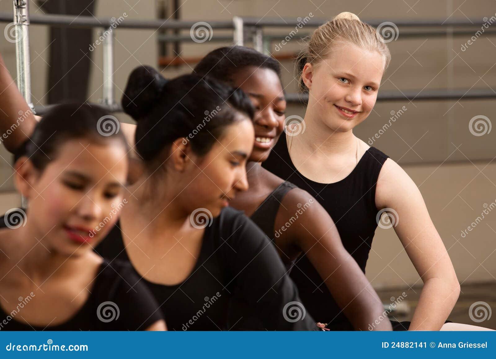 Nette Gruppe Ballett-Kursteilnehmer
