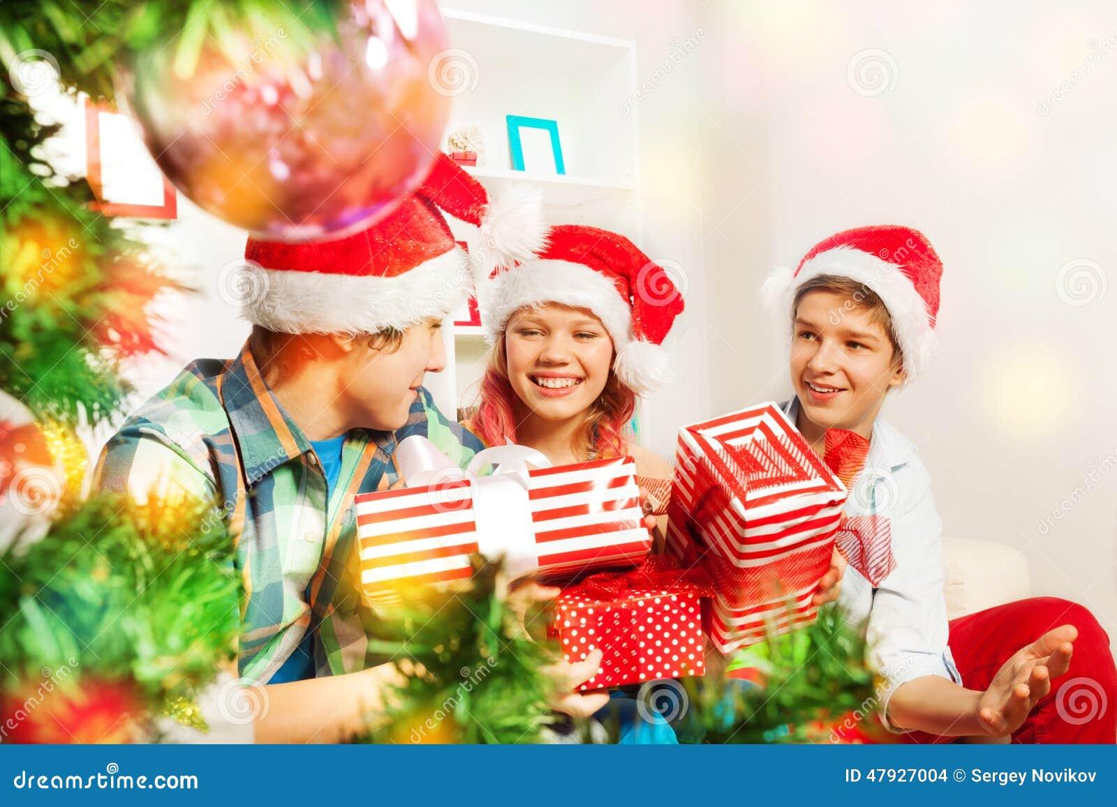 Nette Jugendlich Kinder, Die Weihnachtsgeschenke Halten Stockfoto ...