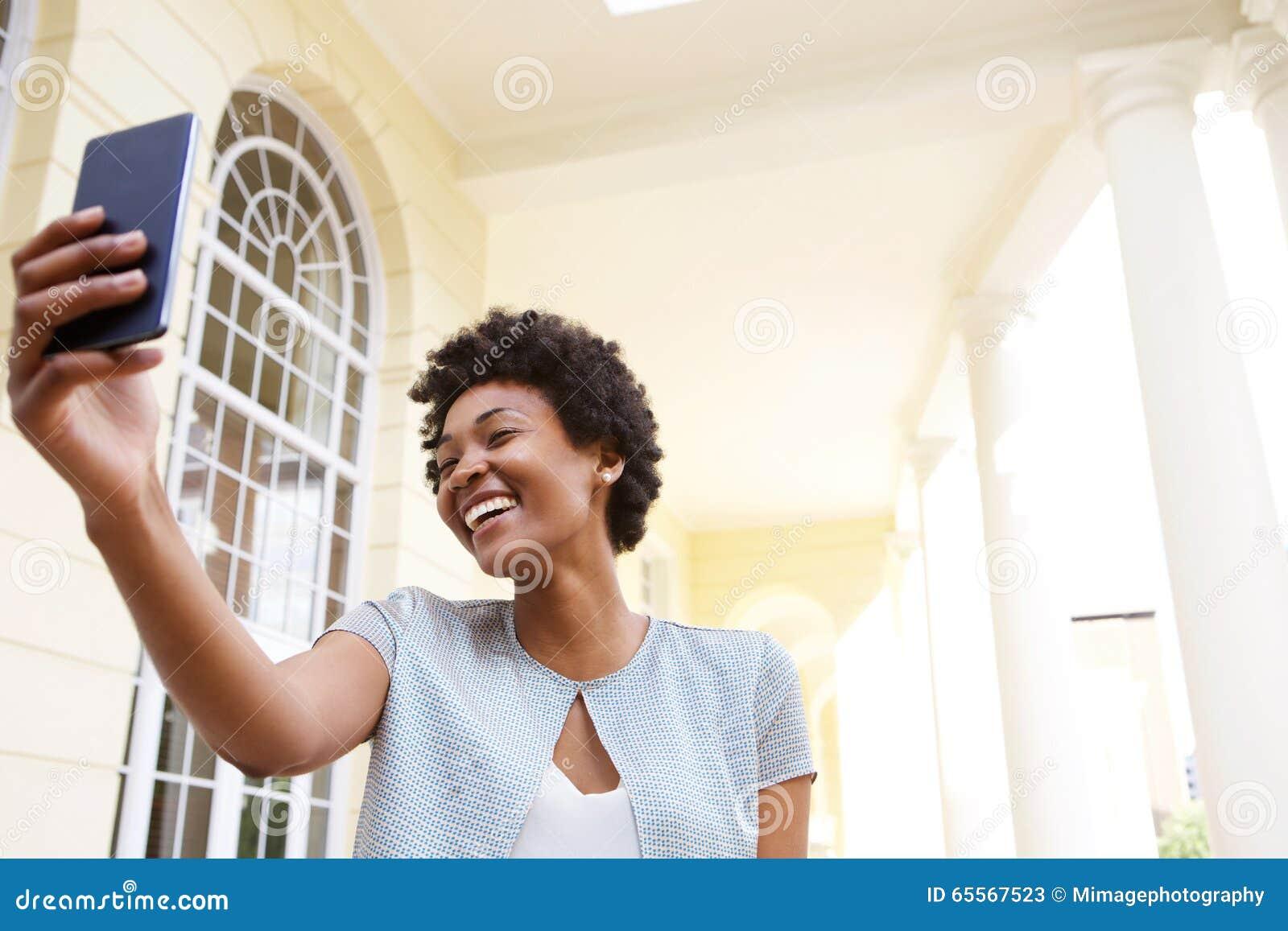 Nette Junge Frau, Die Ein Selfie Mit Ihrem Handy Nimmt