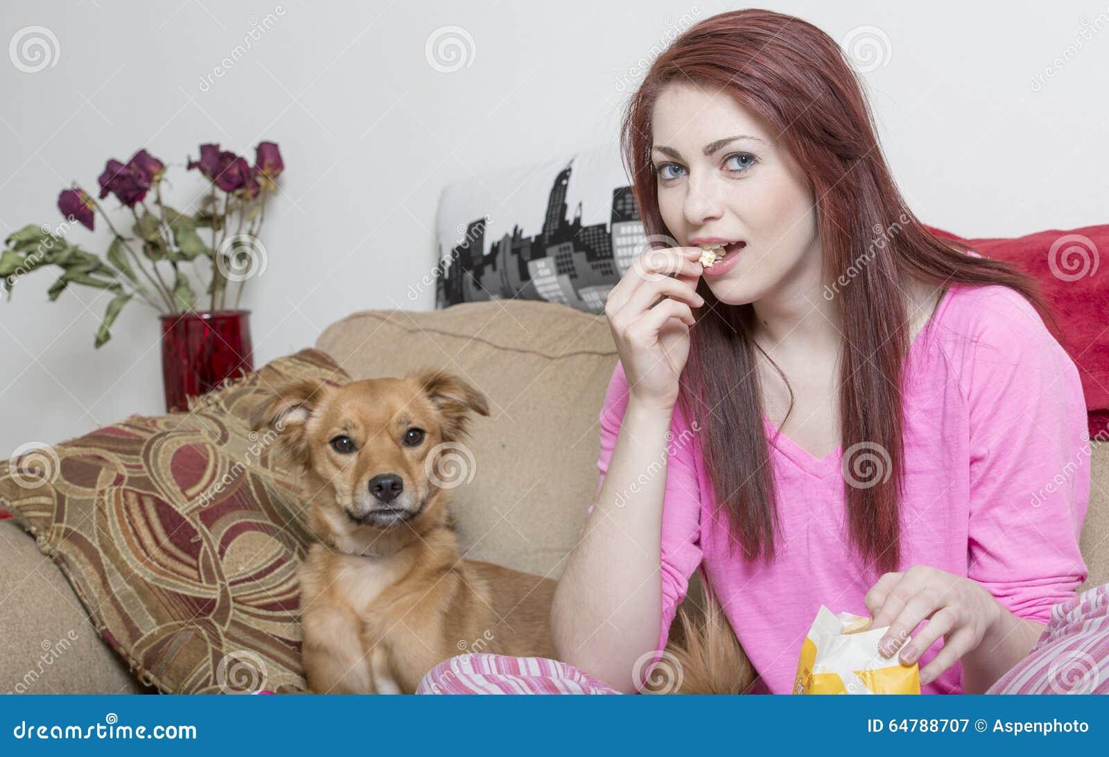 Nette Junge Frau Mit Ihrem Hund Stockbild - Bild von raum