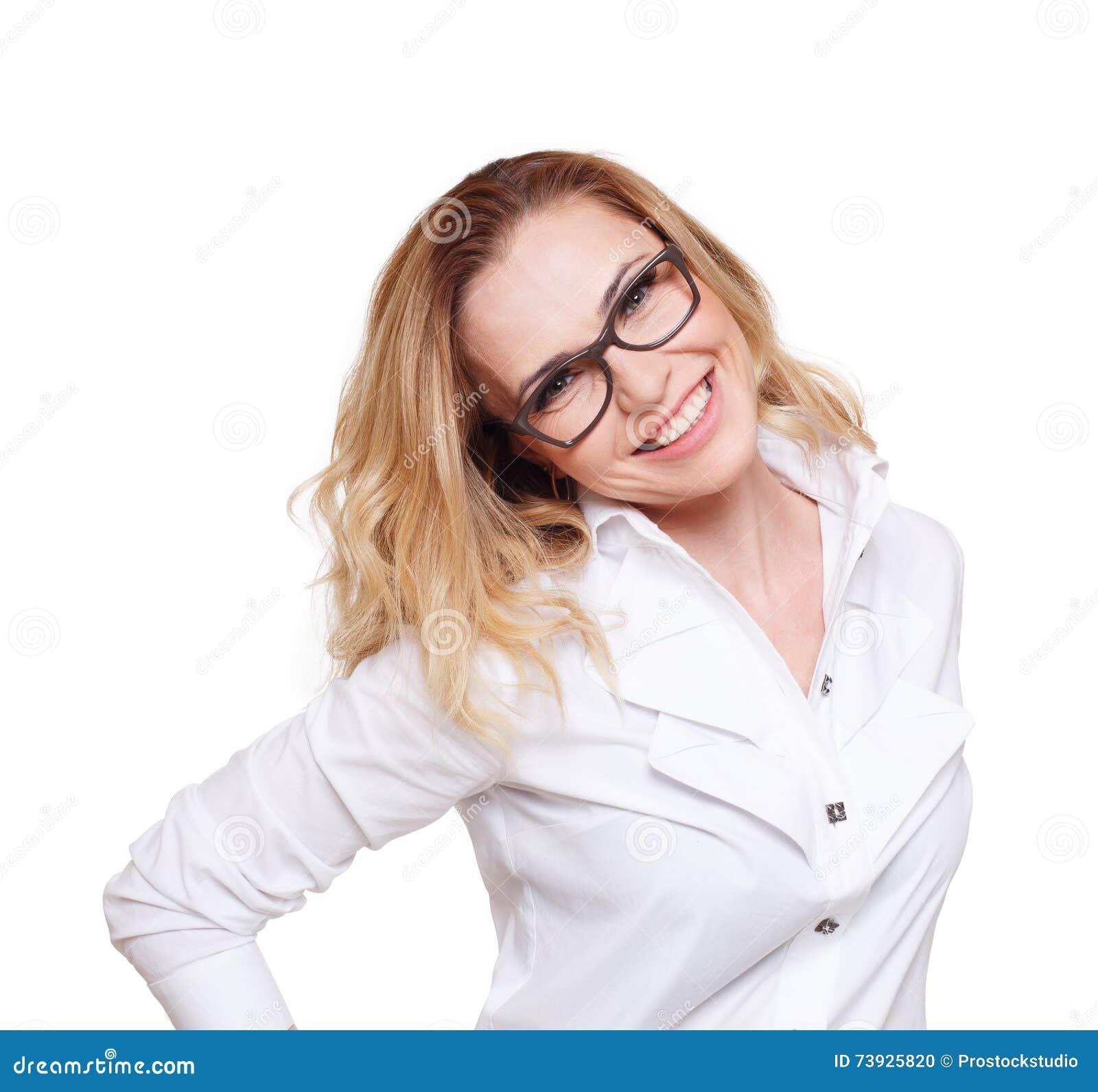 Nette kaukasische blonde Frau lokalisiert auf weißem Hintergrund