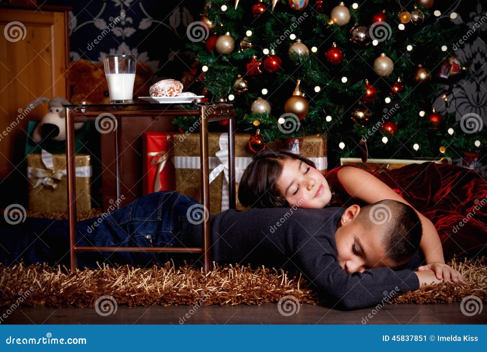 Nette Kinder, Die Auf Weihnachtsgeschenke Warten Stockbild - Bild ...