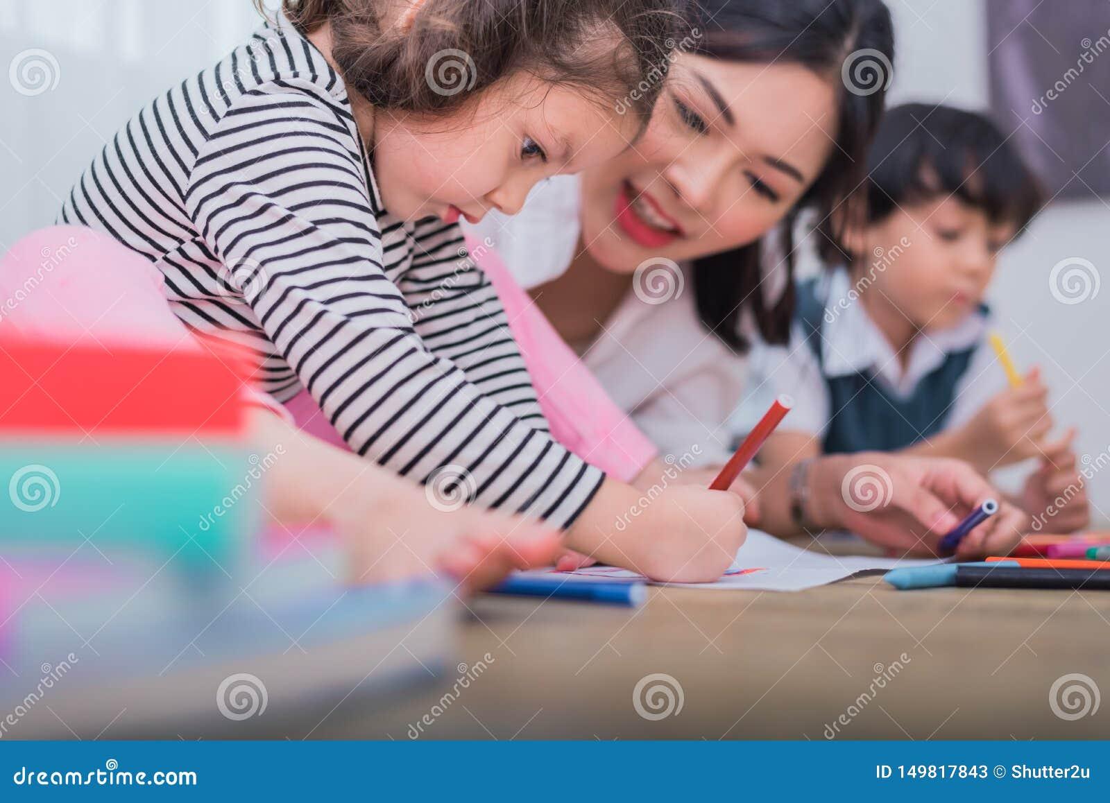 Nette Kinder und asiatische Lehrerzeichnung in der Künstlerklasse Zur?ck zu Schule und Bildungskonzept Kindertagesst?tte und Vors